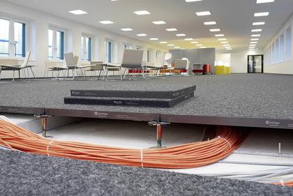 Durch diesen Systemboden kann mehr Raumfläche genutzt werden. (zvg)