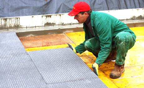 Der Mann fügt eine Calciumsilikat-Platte hinzu. (zvg)