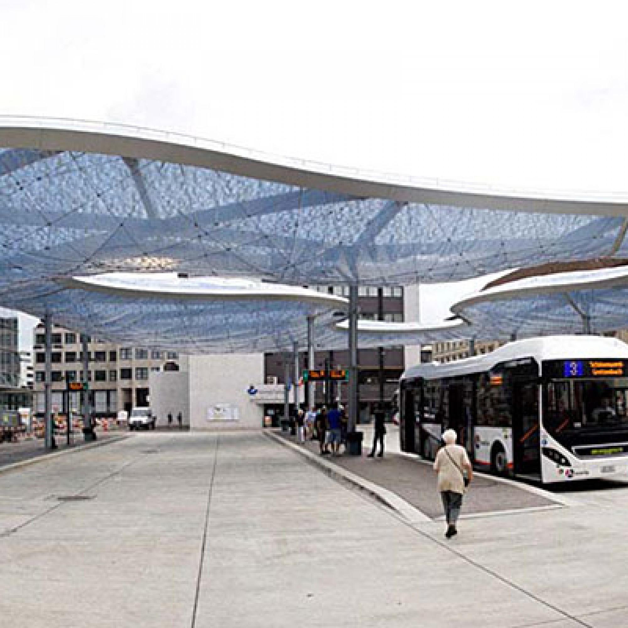 Die Architekten Mateja Vehovar und Stefan Jauslin (vja, Zürich) schufen mit ihrem federleichten Folienkissendach einen freundlichen Ort für Pendler, die in Aarau von den SBB auf die AAR Busse umsteigen. (Bild: pd)