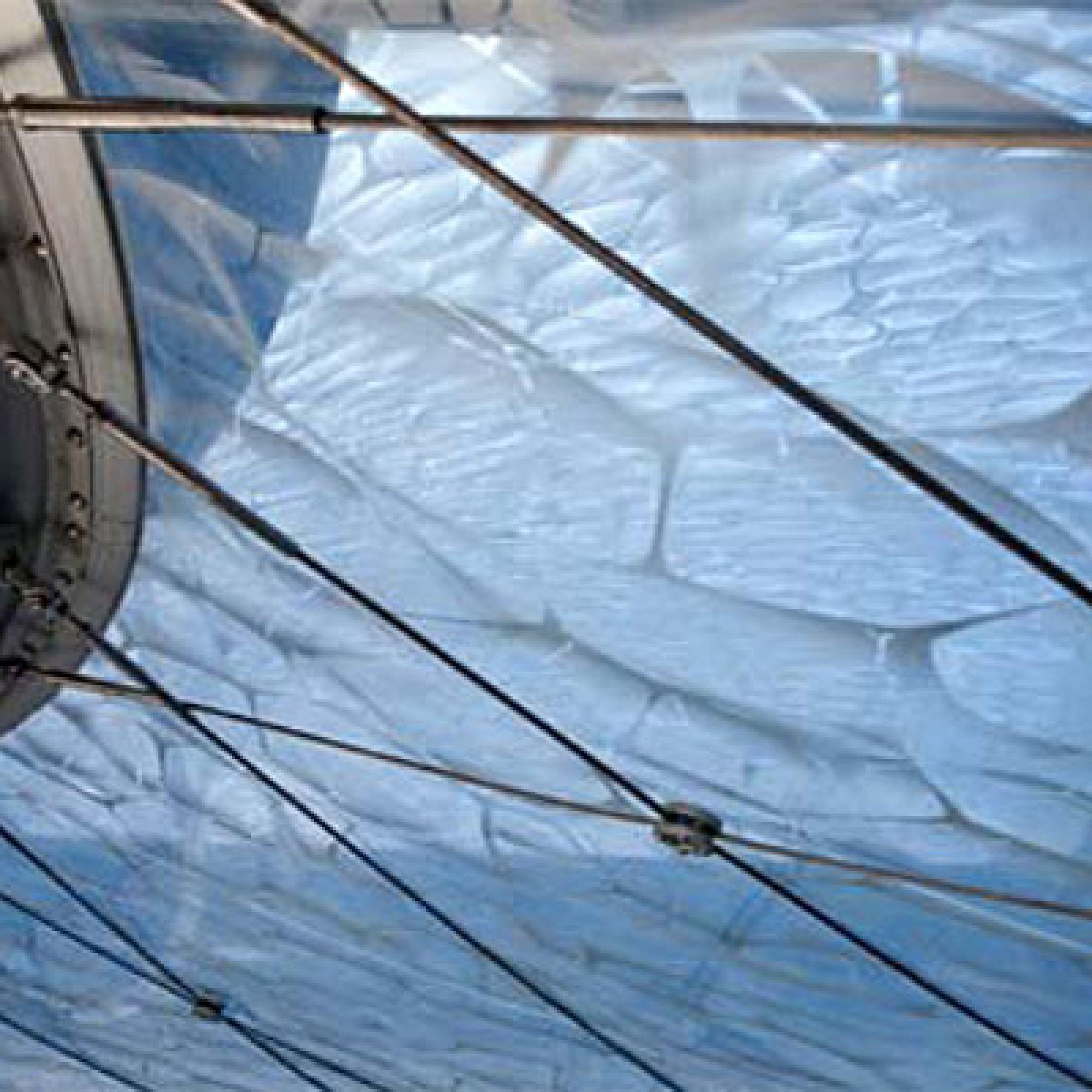Effektvoll: das über und unter dem Luftkissen liegende unregelmäßige Netz aus Edelstahlseilen, das den Folien die benötigte Spannweite gibt. (Bild: pd))