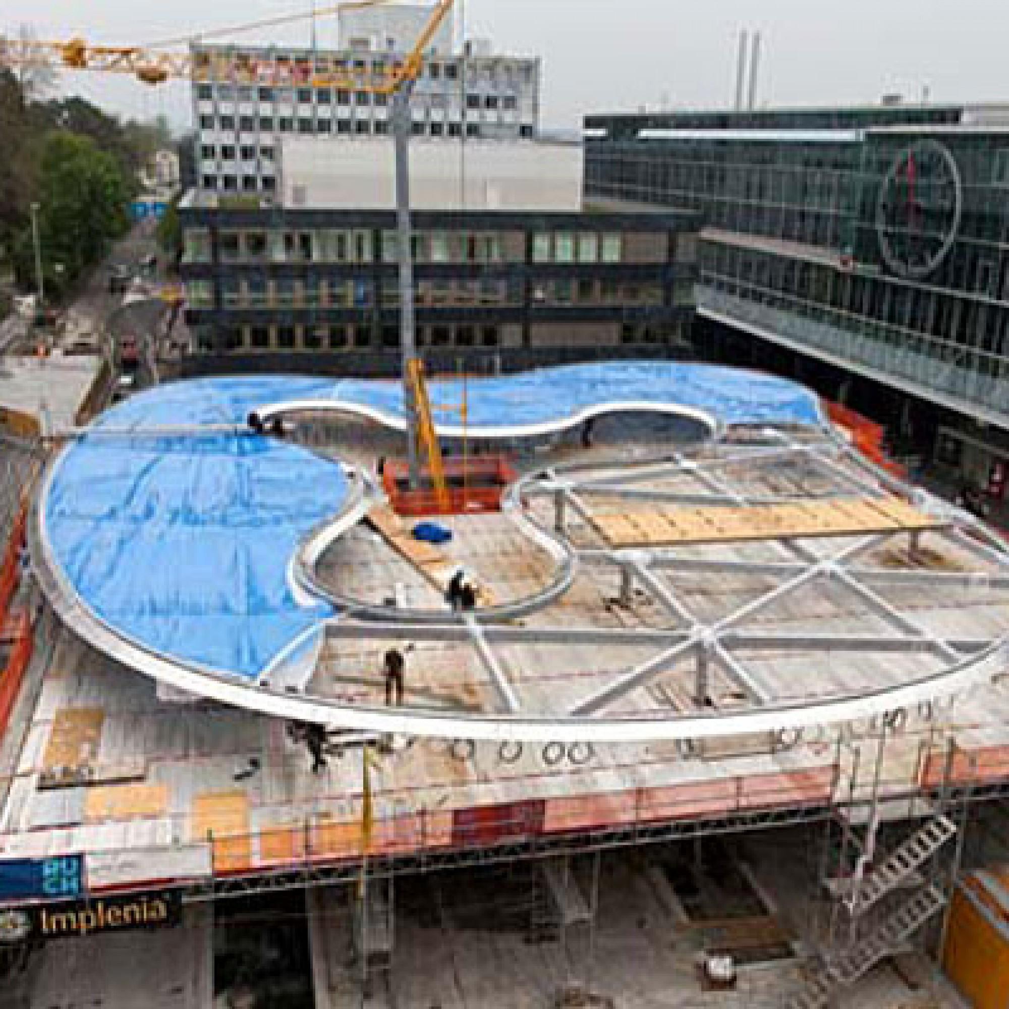 Ein Bild aus der Bauphase zeigt die Montage des Folienkissens auf der Primärkonstruktion. (Bild: pd)