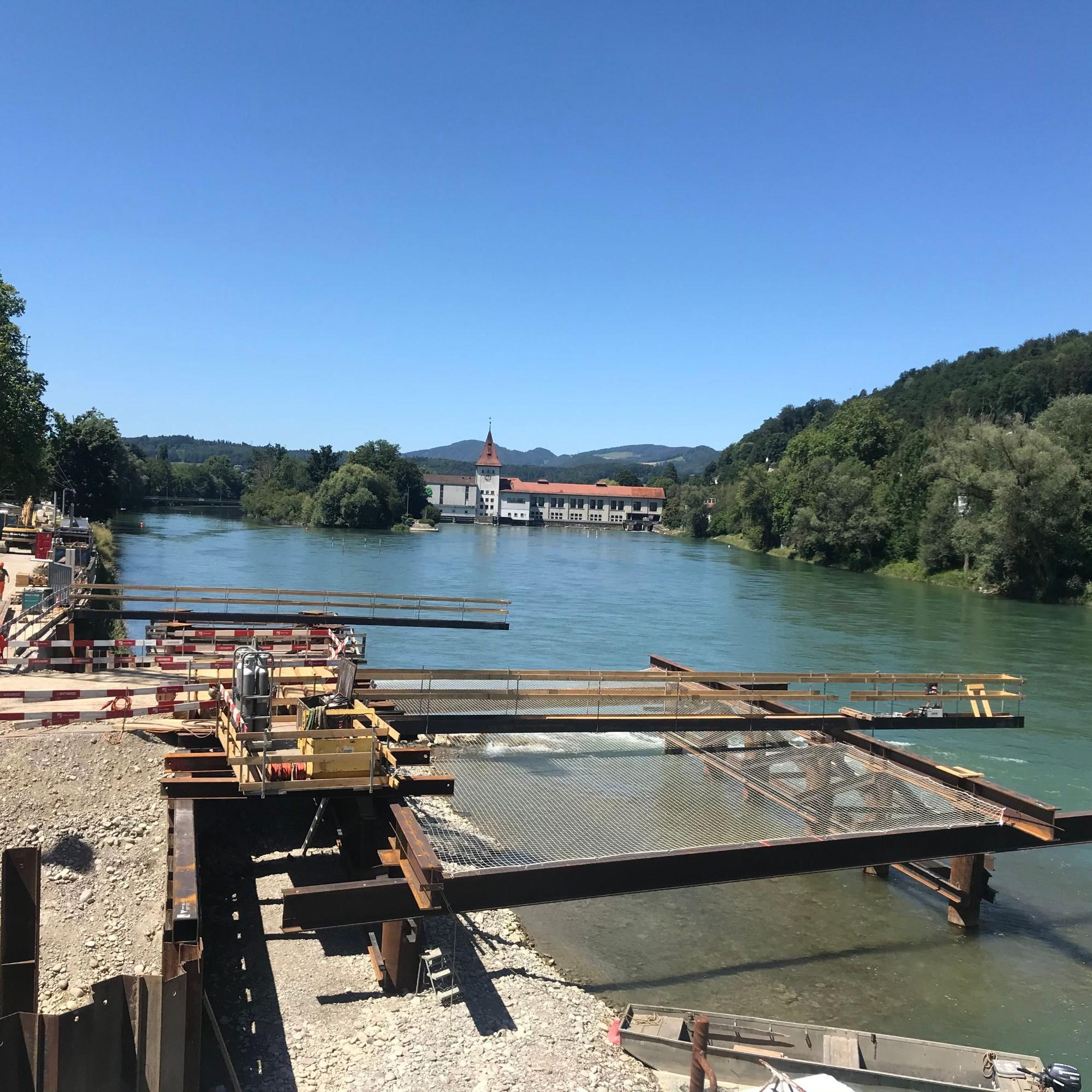 Die Podeste an den Ufern werden zur Aufstellung von zwei Hochbaukranen genutzt.