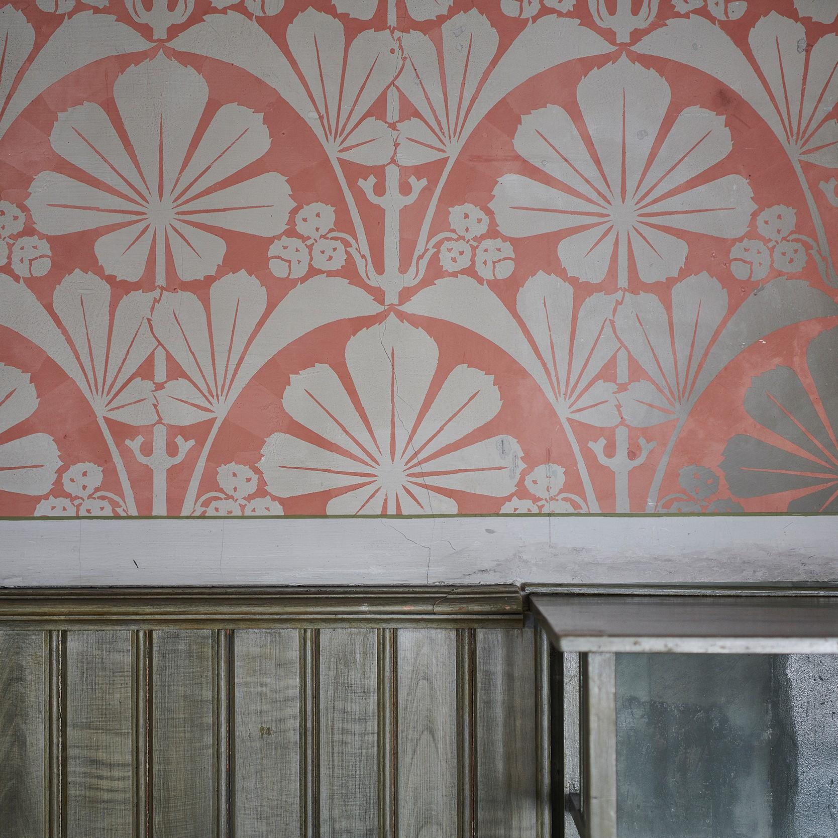 Die Wanddekoration des Schlafzimmers verrät die Liebe zum Detail.
