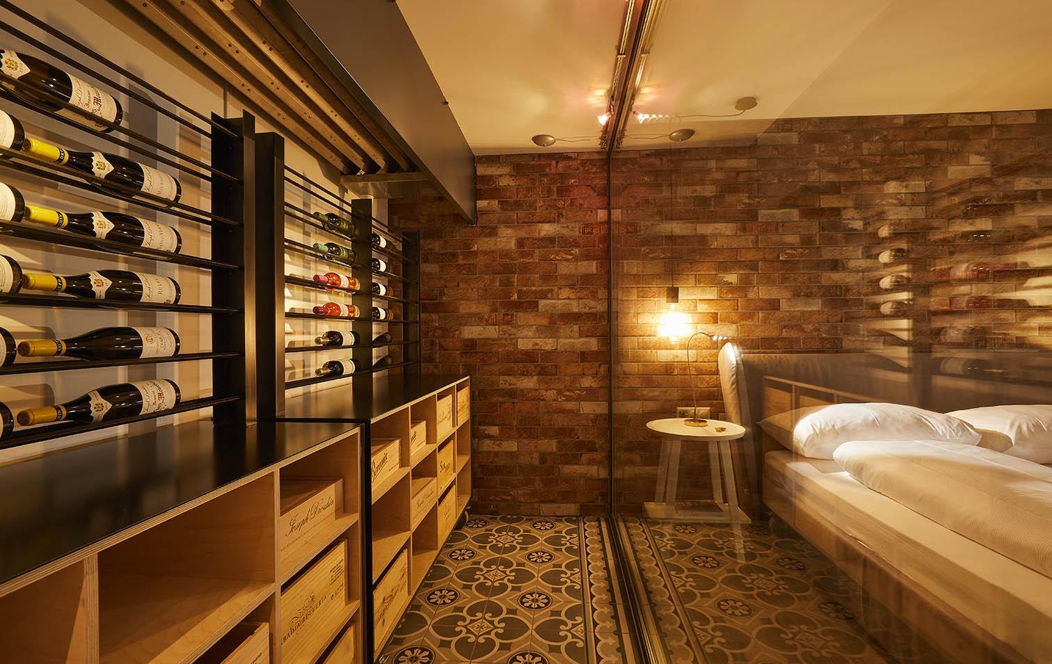 Weinkeller Suite mit begehbarem Weisswein-Tresor