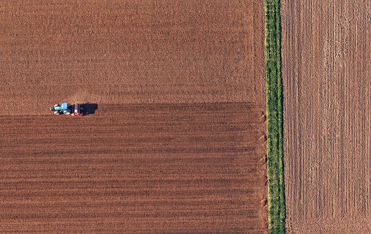 Acker mit Traktor (Luftaufnahme)