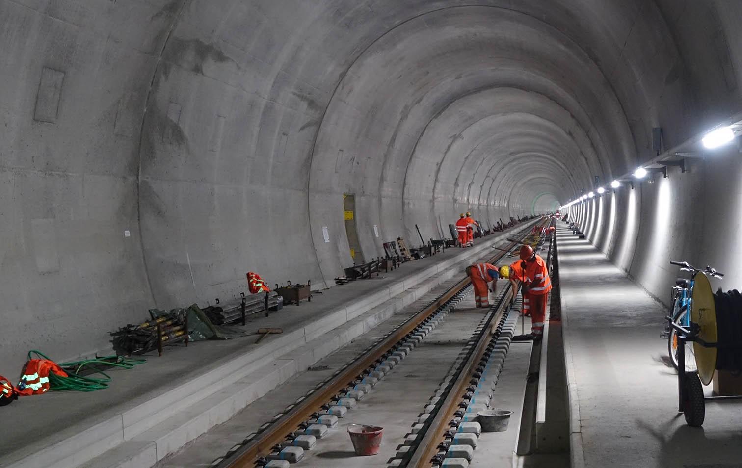 Einbau der Bahntechnik im Ceneri-Basistunnel 2017