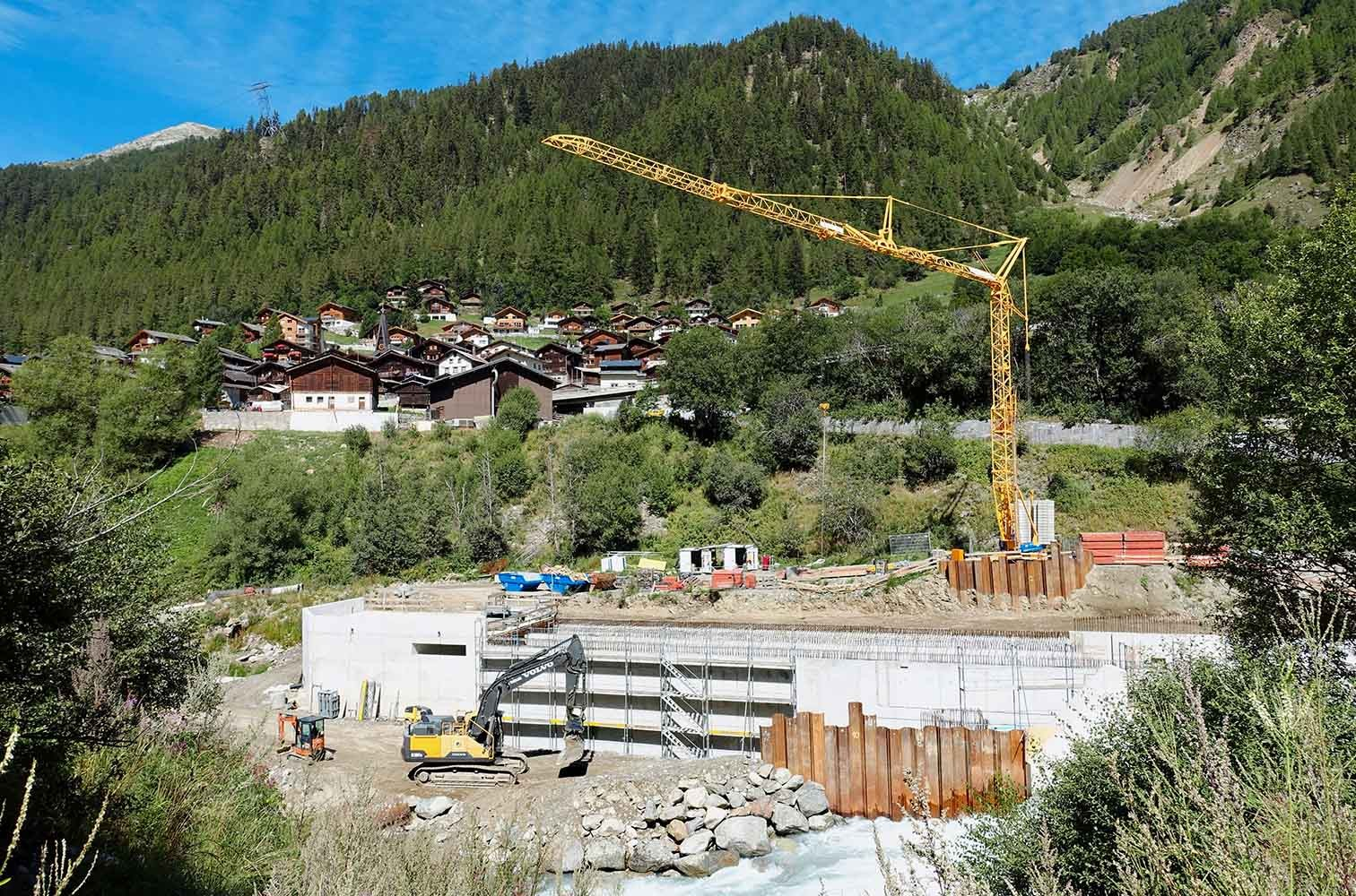 Wehr für die Wasserfassung des neuen Kraftwerks Wiler-Kippel VS