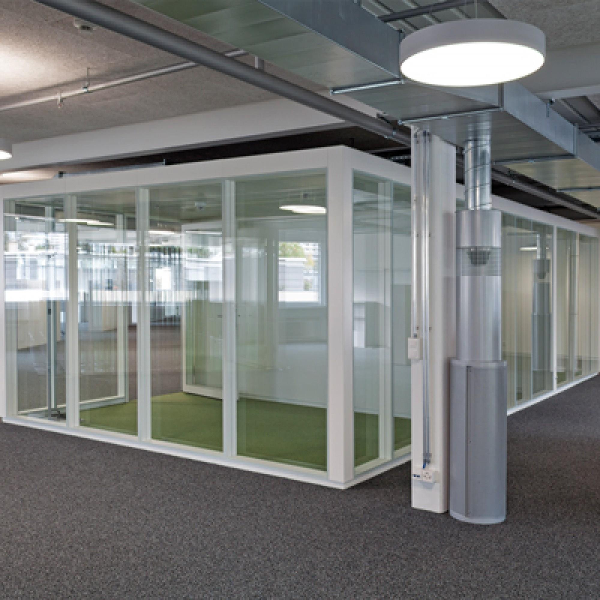 Die flexibel nutzbaren Grossflächenbüros wurden durch verglaste Büroboxen ergänzt. (Bild: zvg)