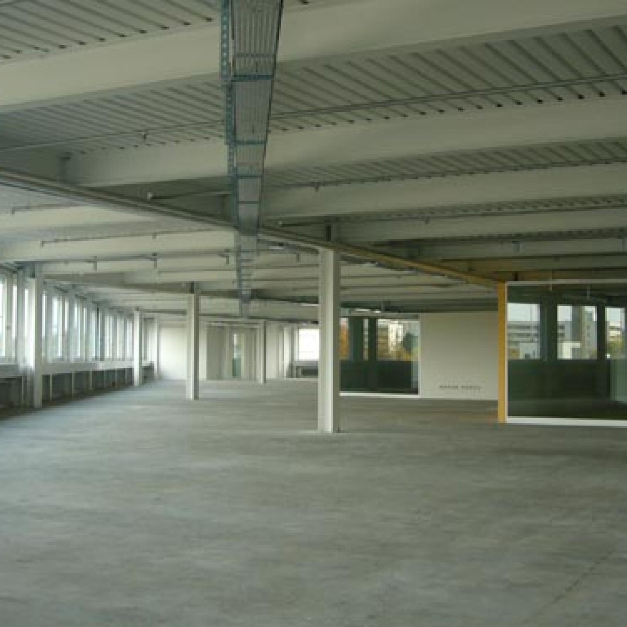 Das Gebäude mit der auffällig roten Leichtmetallfassade wurde bereits 2007 bis 2008 umgebaut. (Bild: zvg)