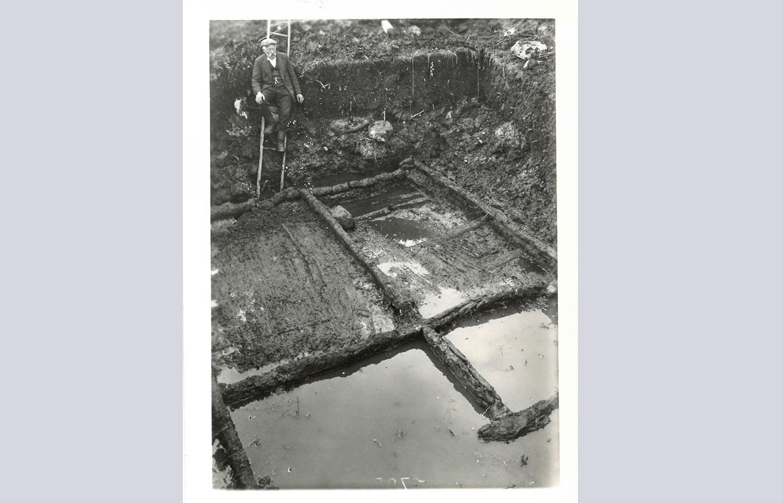 Überreste eines Pfahlbaus bei der Ausgrabung von Seengen Riesi