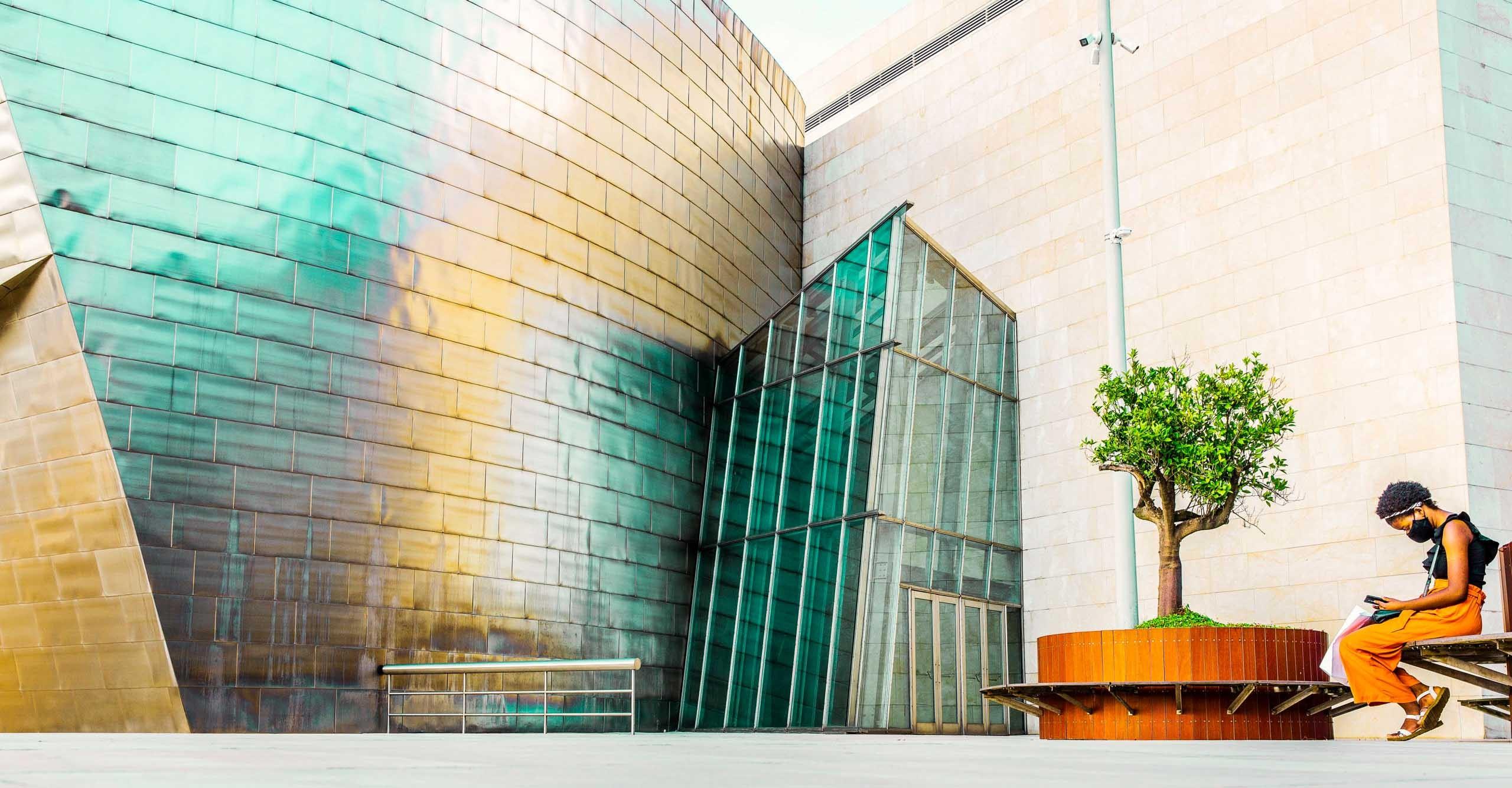 Frau vor dem Guggenheim-Museum in Bilbao