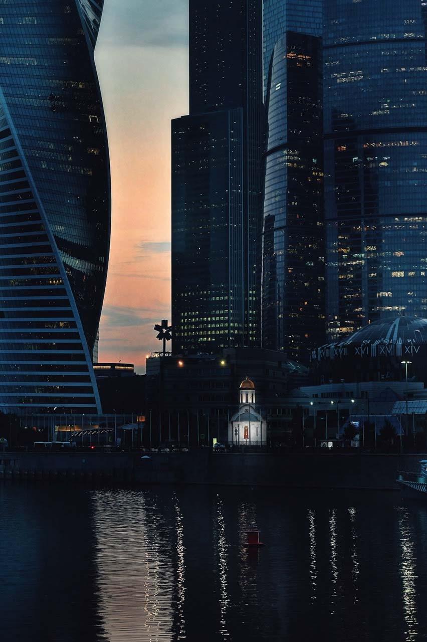 Kirche zwischen Wolkenkratzern in Moskau