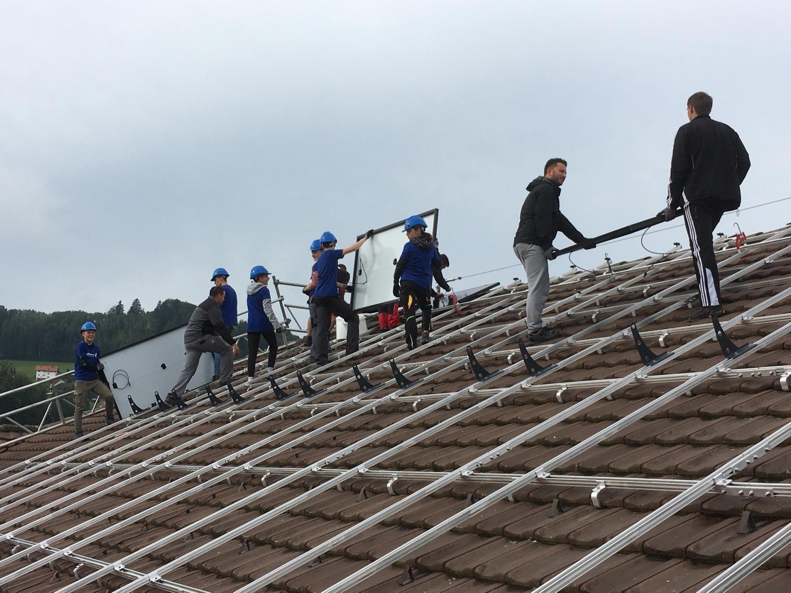 Schüler helfen bei Bau von Solaranlage