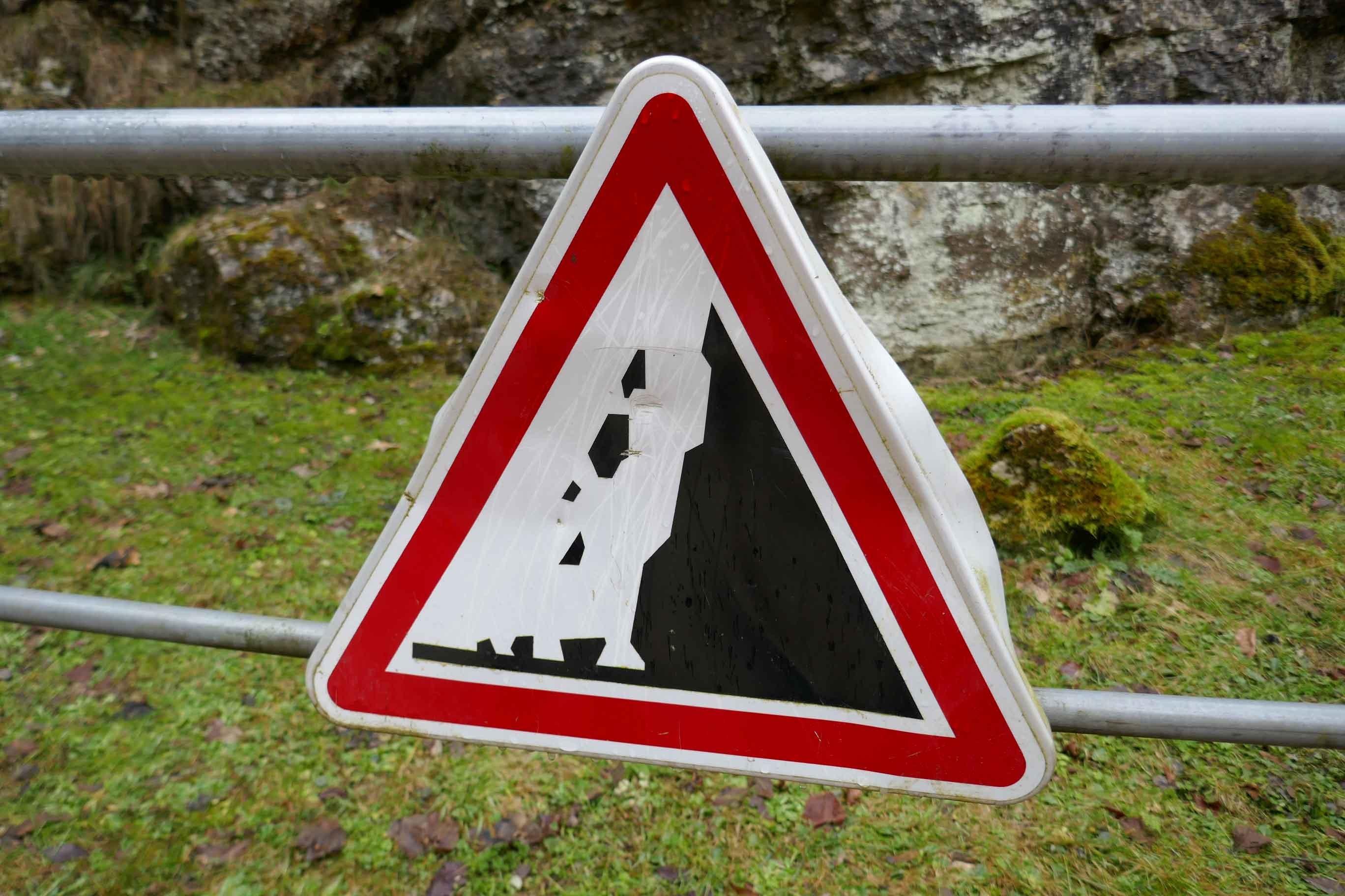 Schild an einem Steilhang