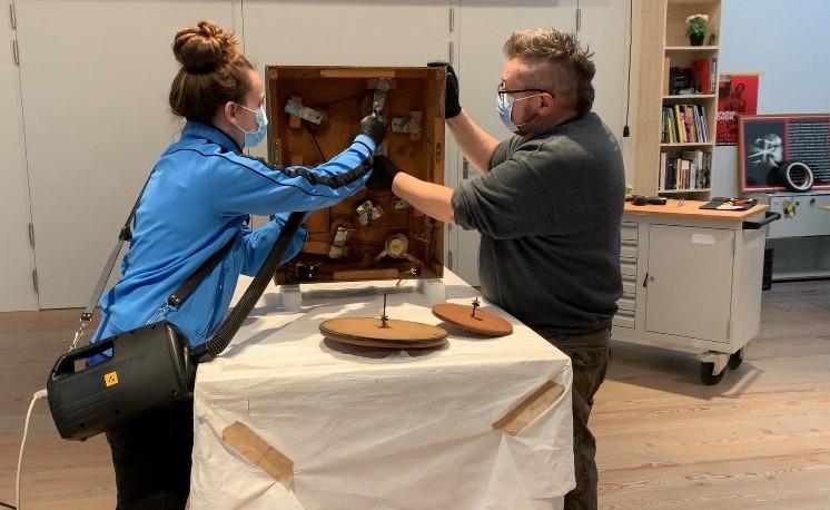 Museum Tinguely Basel Restauratoren Chantal Willi und Jean-Marc Gaillard