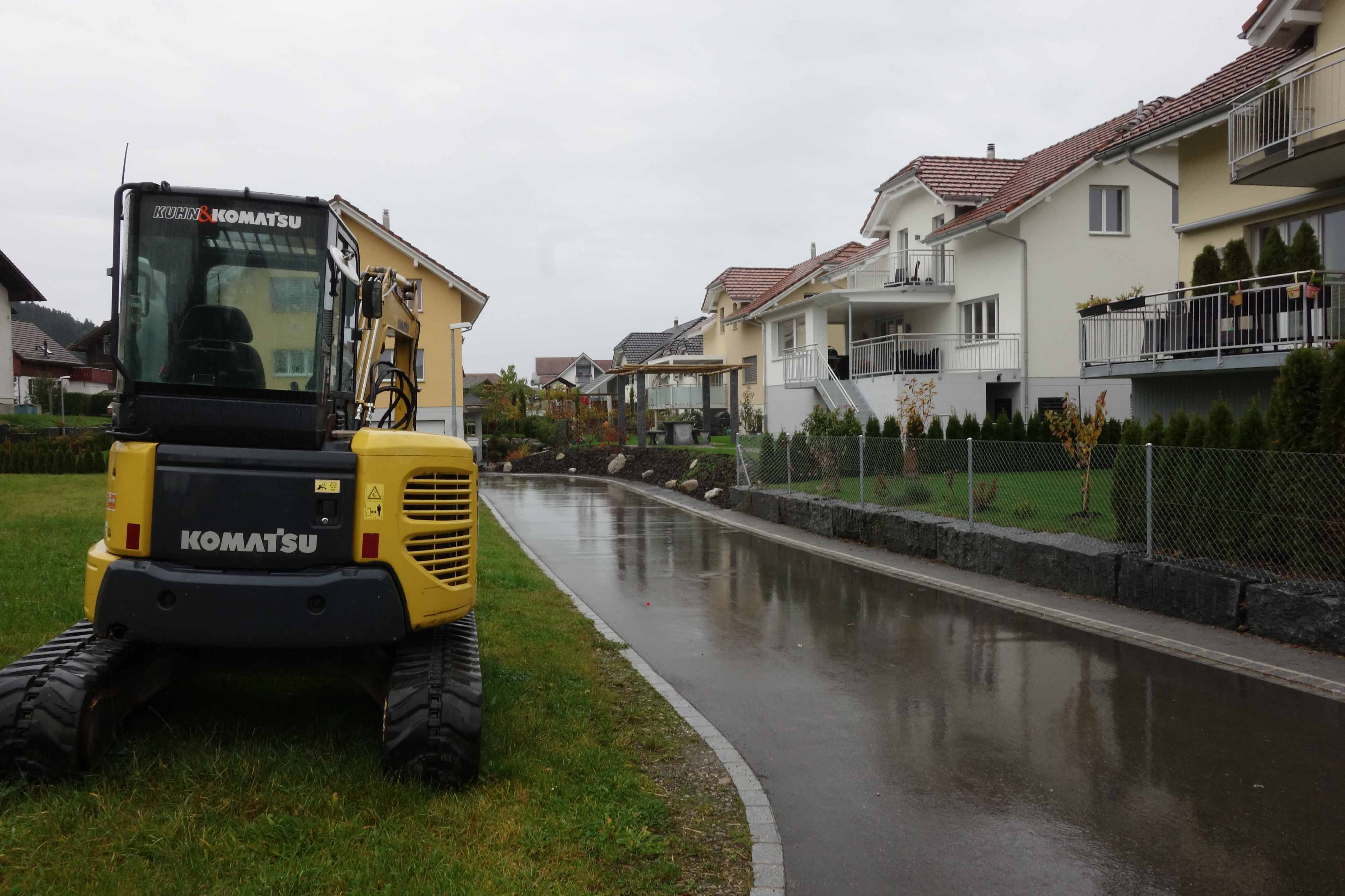 Komatsu-Bagger vor Einfamilienhäusern