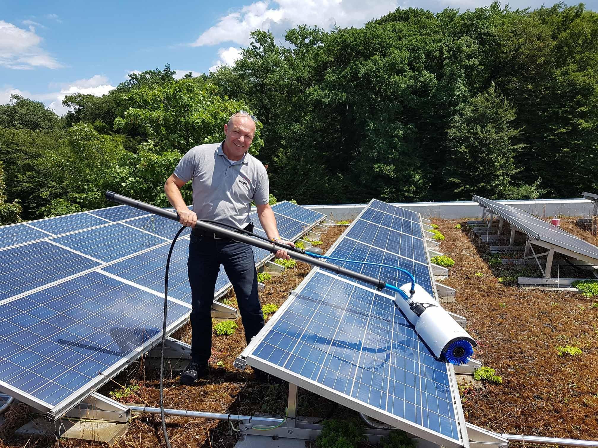Solarzellenreinigung auf Dach
