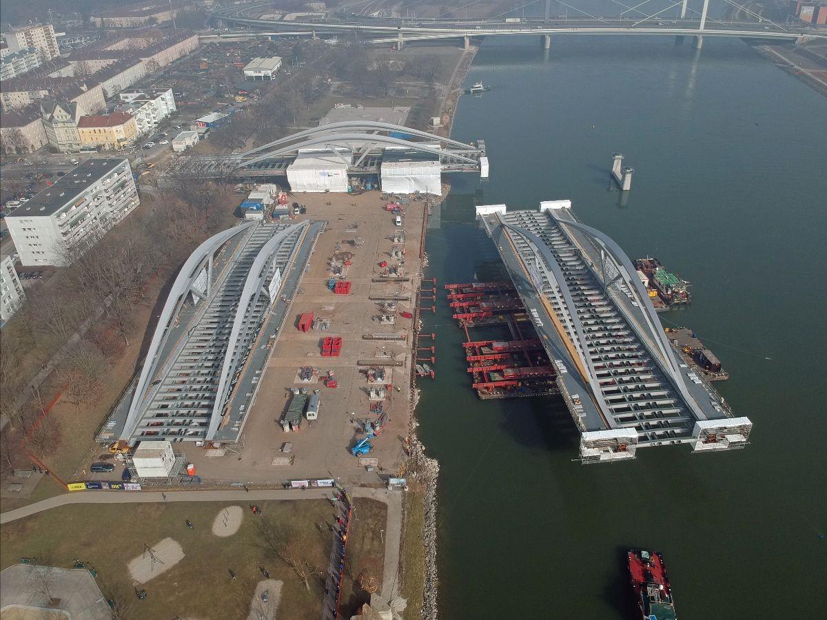 Einschwimmung der Tragwerke für neue Donaubrücke