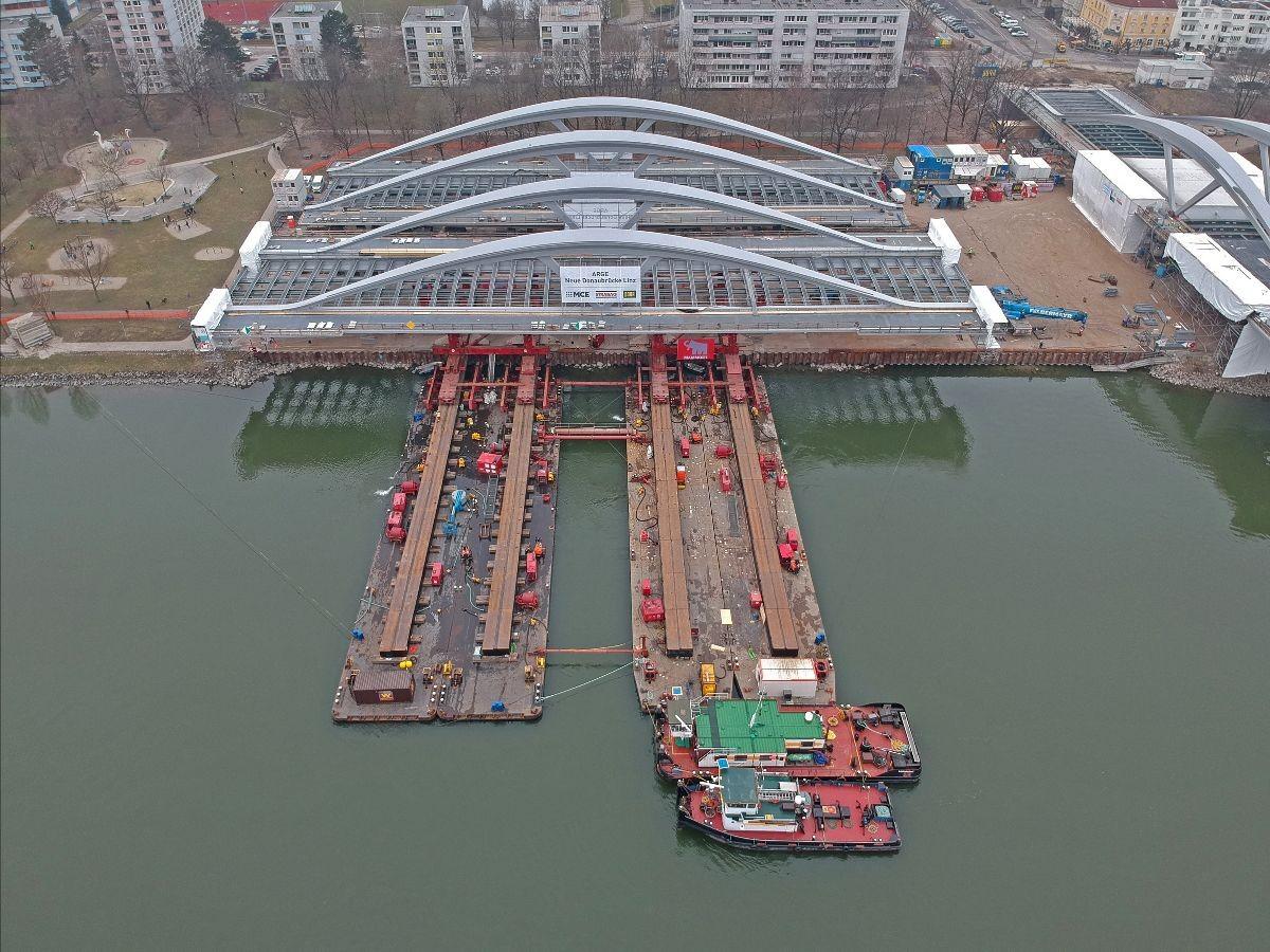 Verladung Tragwerke für neue Donaubrücke