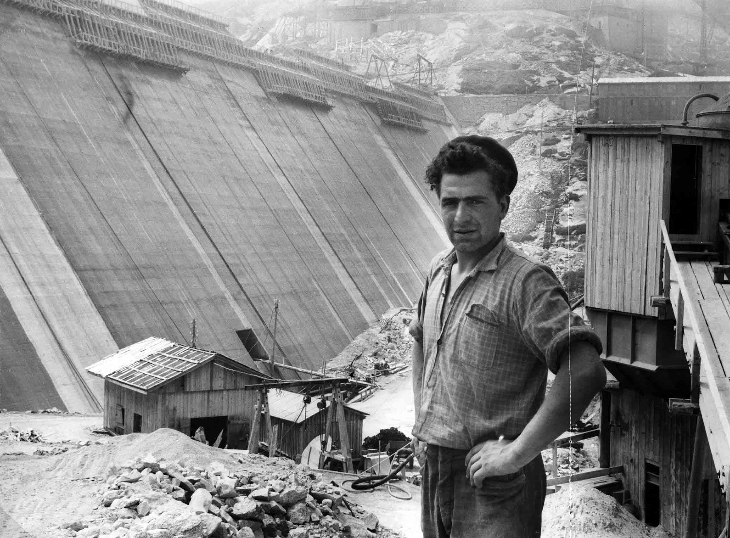 Italienischer Gastarbeiter vor der Staumauer Albigna um 1958