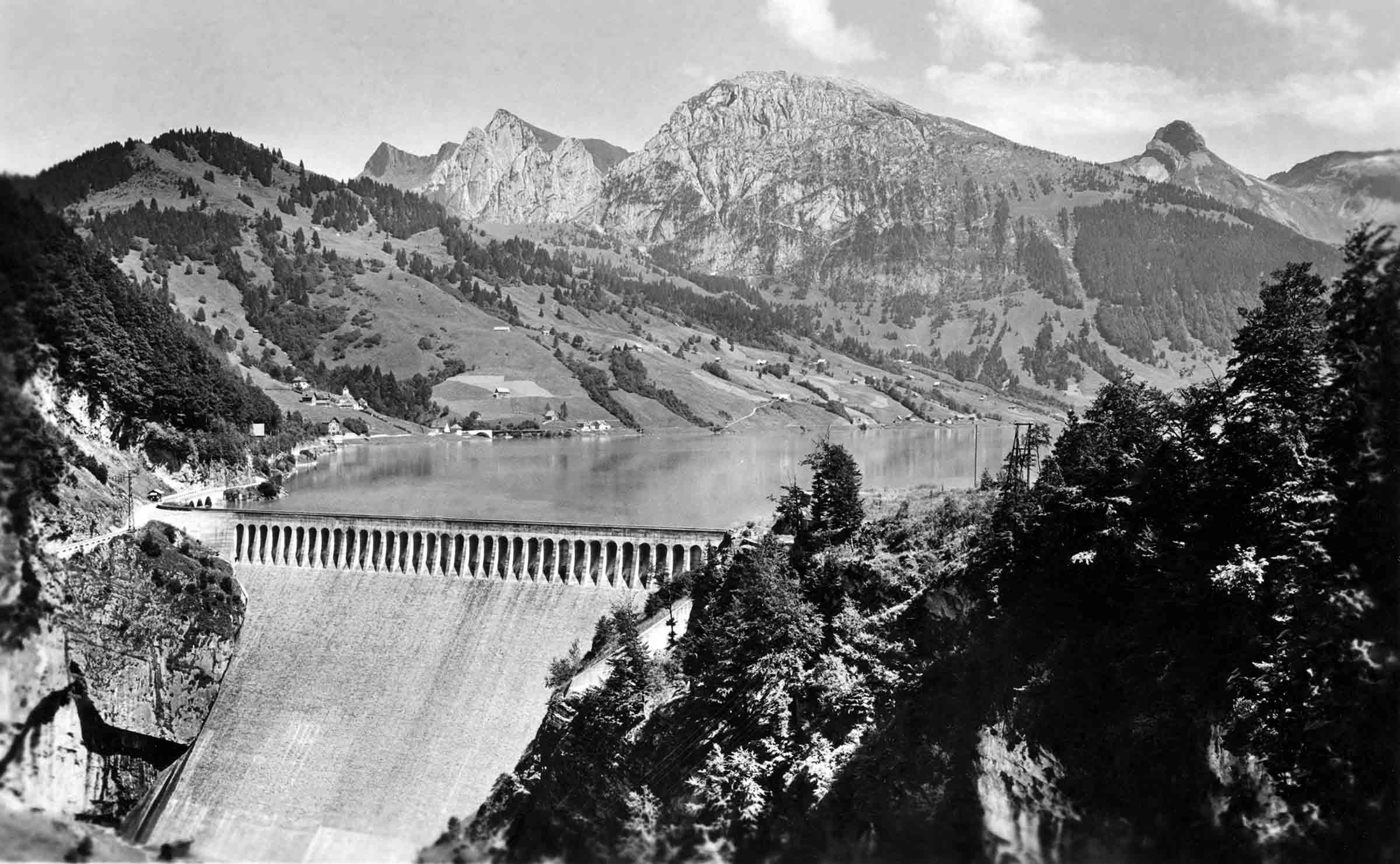 Staumauer Schräh mit dem Stausee um 1930