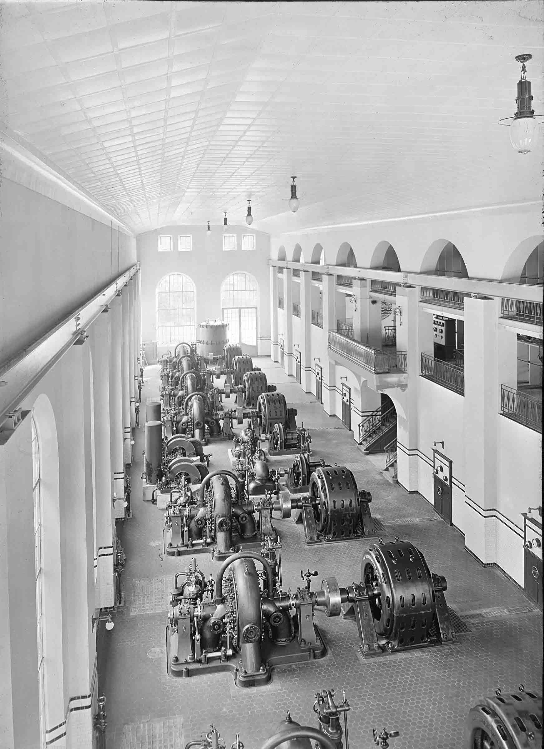 Maschinenhaus Sils mit Francisturbinen und Generatoren um 1910