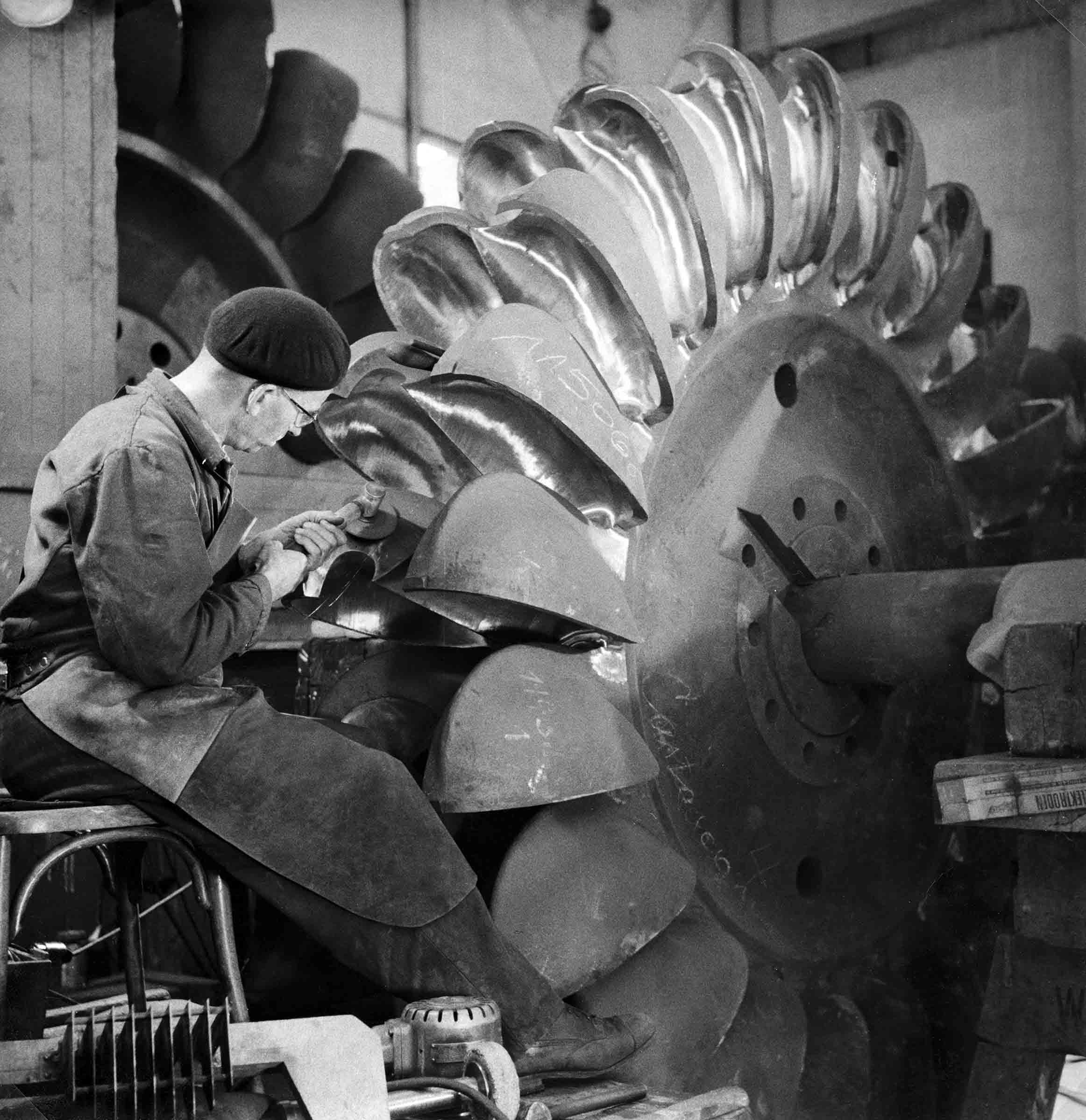 Schleifarbeiten an einer Peltonturbine um 1958