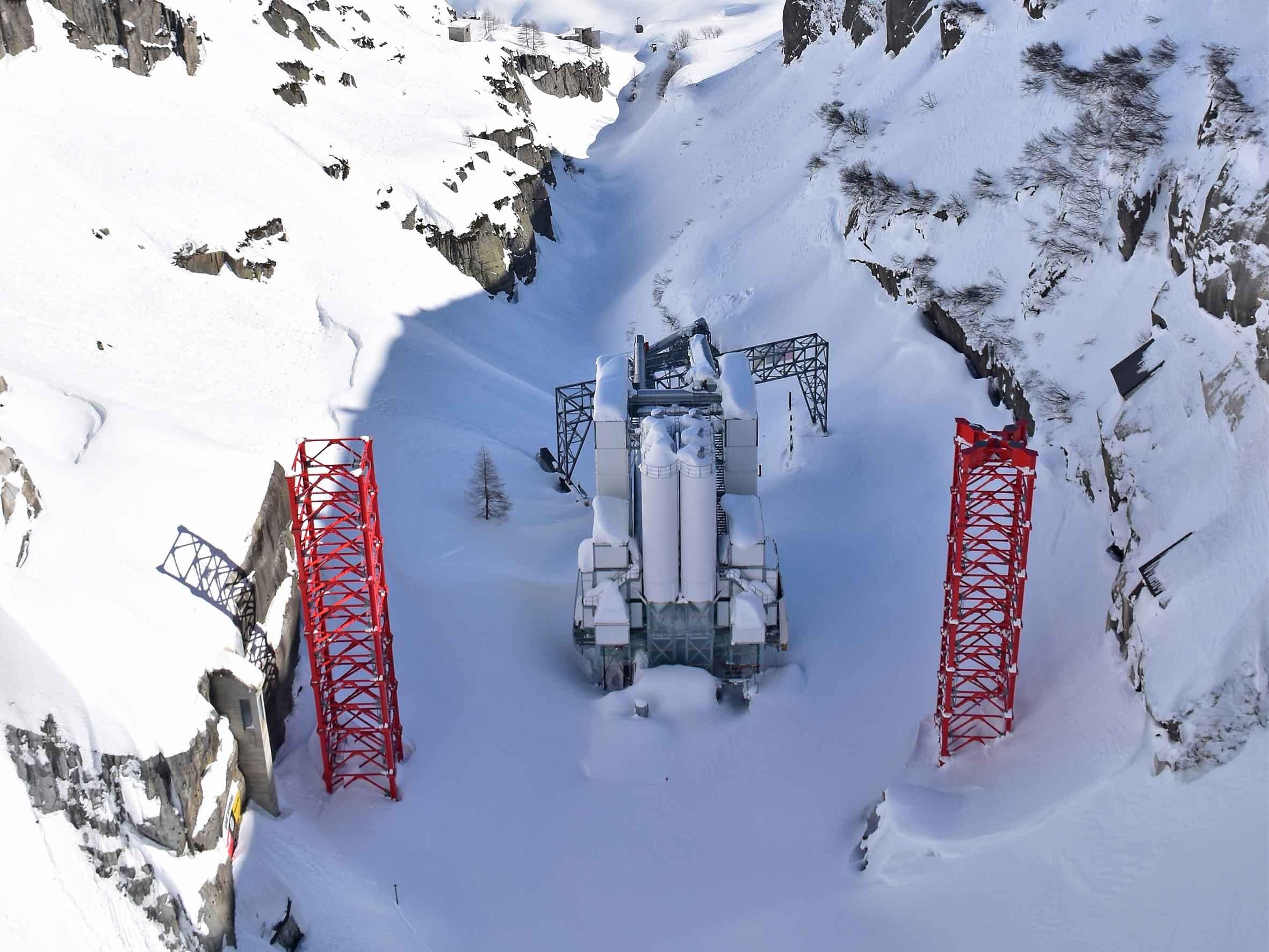 Mischanlagen vor der Spitallamm-Staumauer im meterhohen Schnee