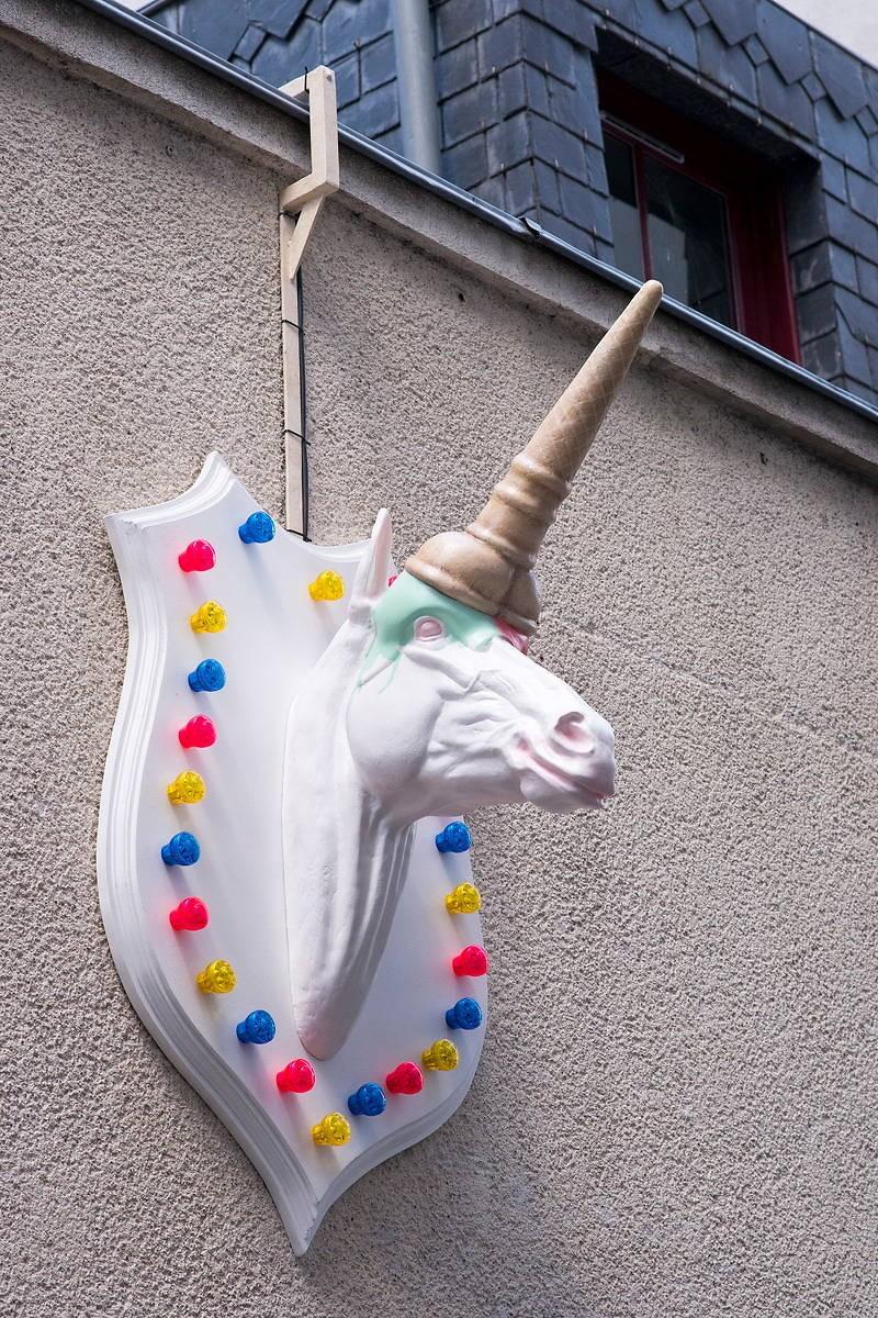 Einhorn-Schild vor einem Irish Pub in Nantes