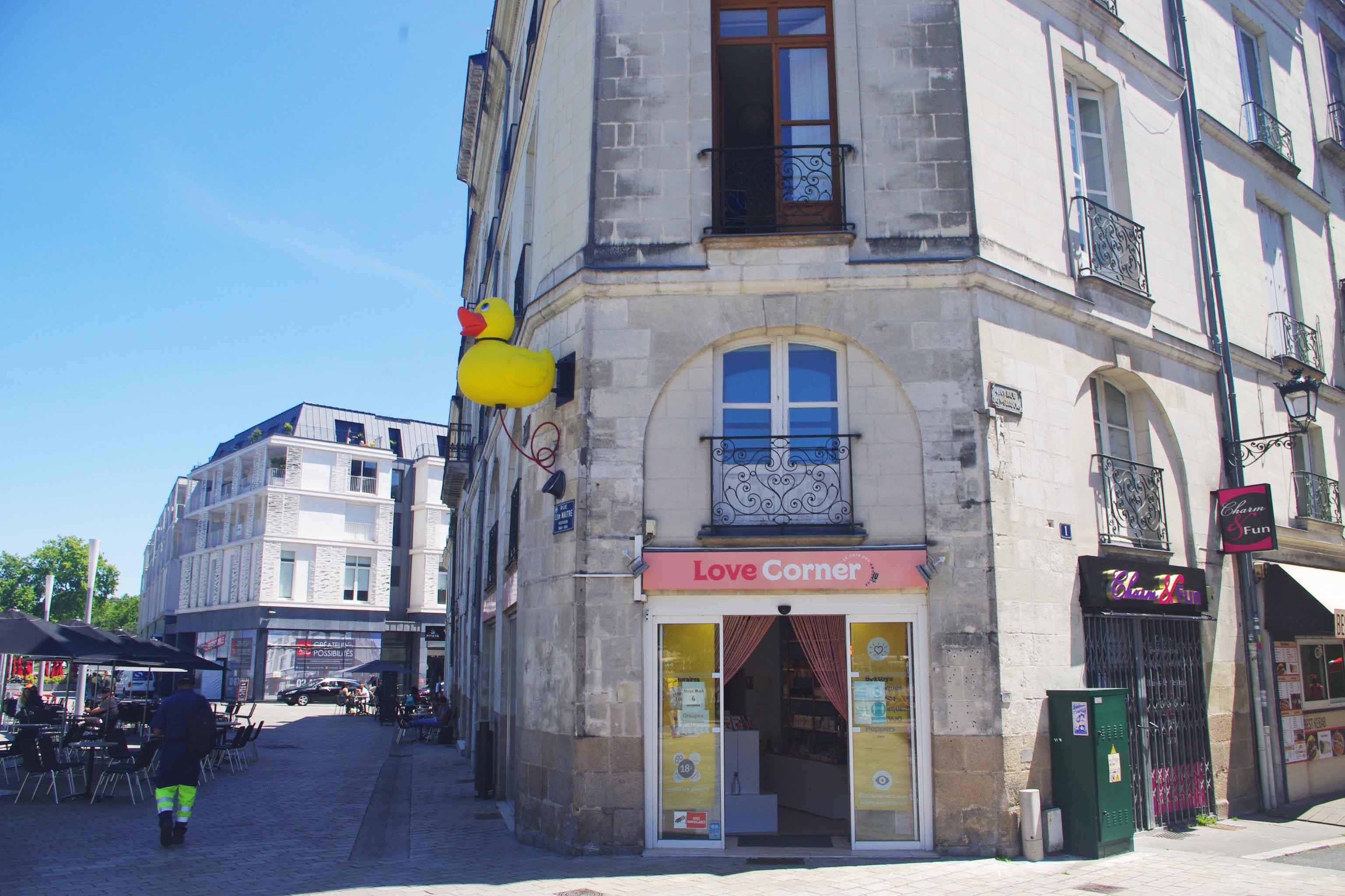 Gelbe Ente vor dem Geschäft «Love Corner» in Nantes