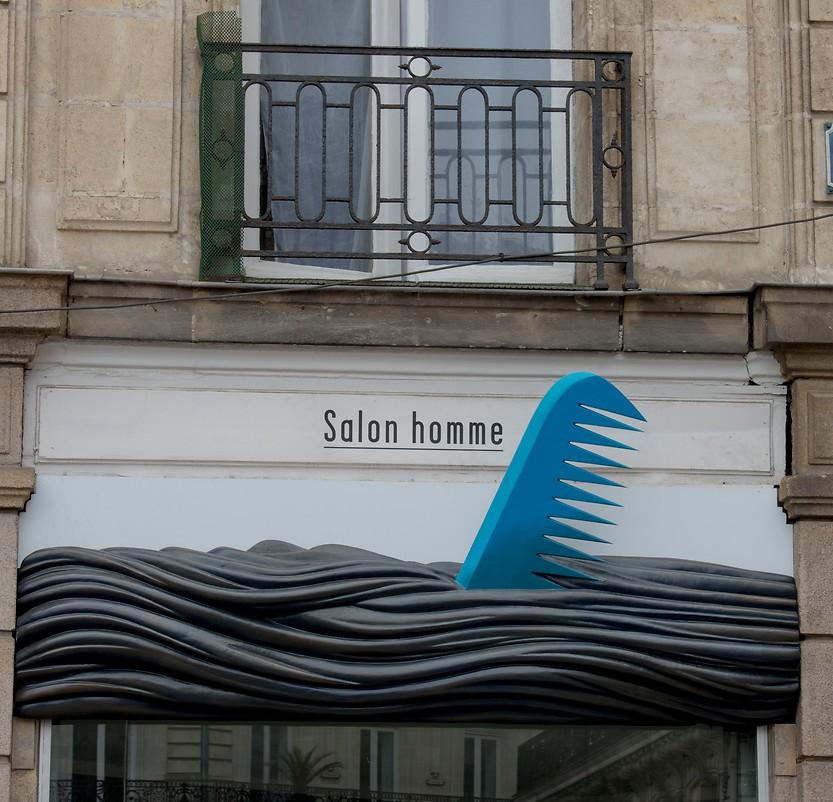 Schild eines Herren-Coiffeurs in Nantes