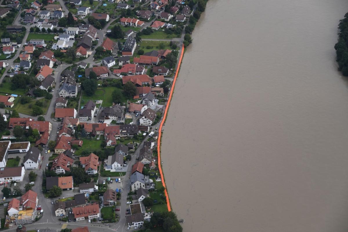 Hochwassersperren am Rhein bei Wallbach