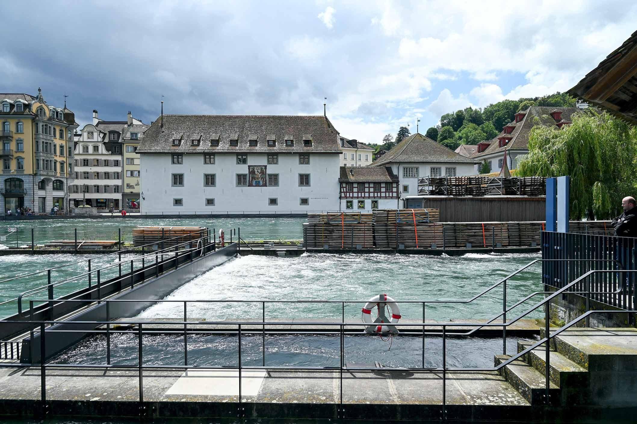 Angespannte Hochwasser-Situation beim Reusswehr in Luzern
