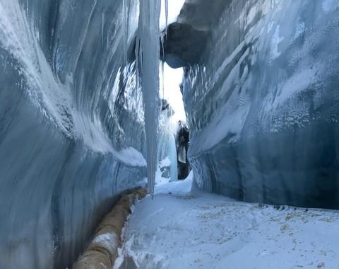 Holzwollerohre in Eisschlucht bei Faverges-Gletschersee