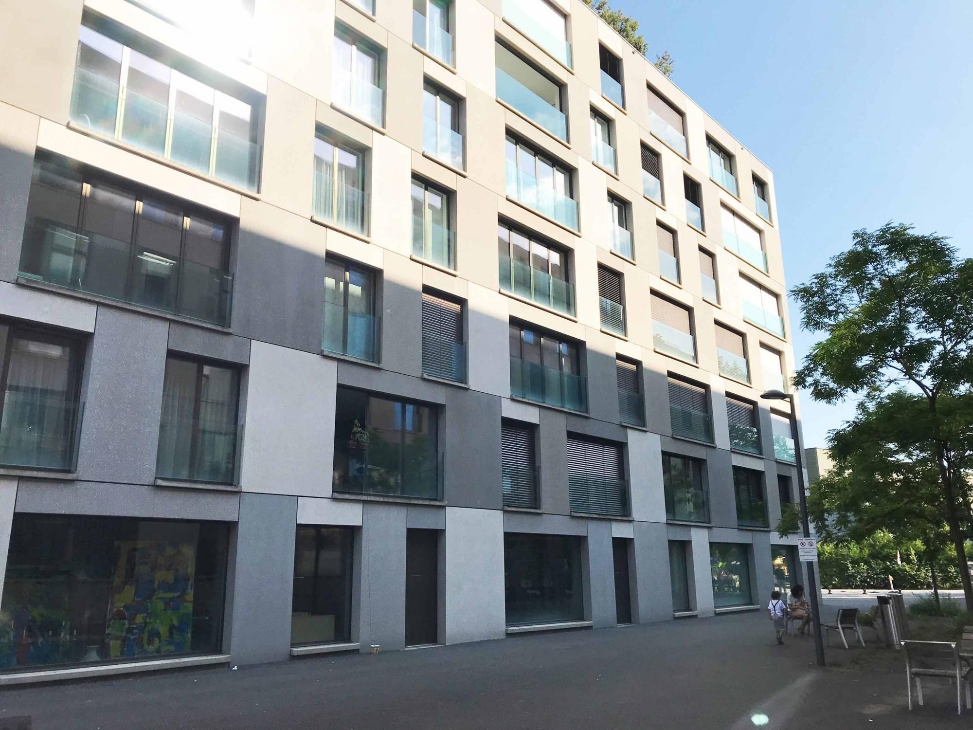 Schattenwurf auf Fassade eines Gebäudes