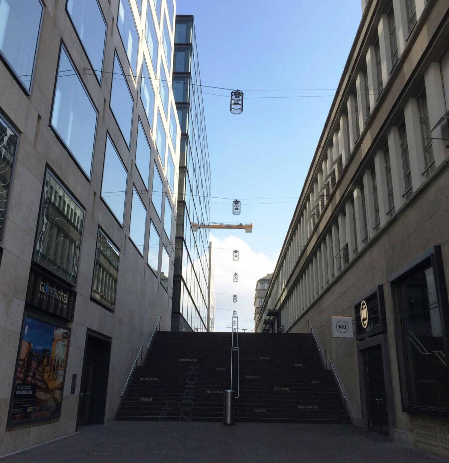 Verschattete Treppe zwischen zwei Gebäuden