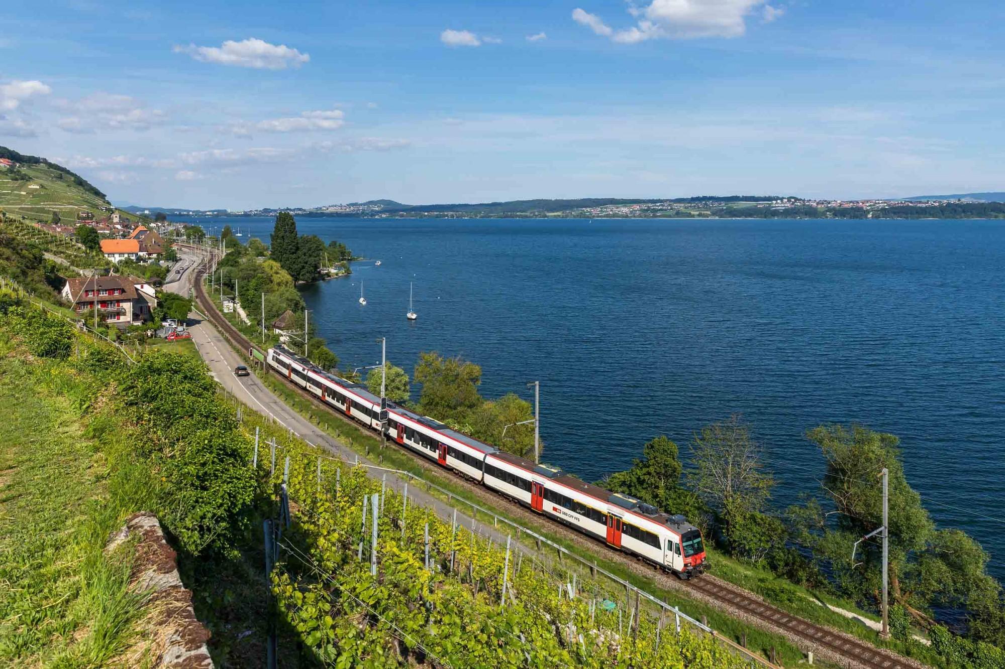 Zug zwischen Twann und Ligerz am Bielersee