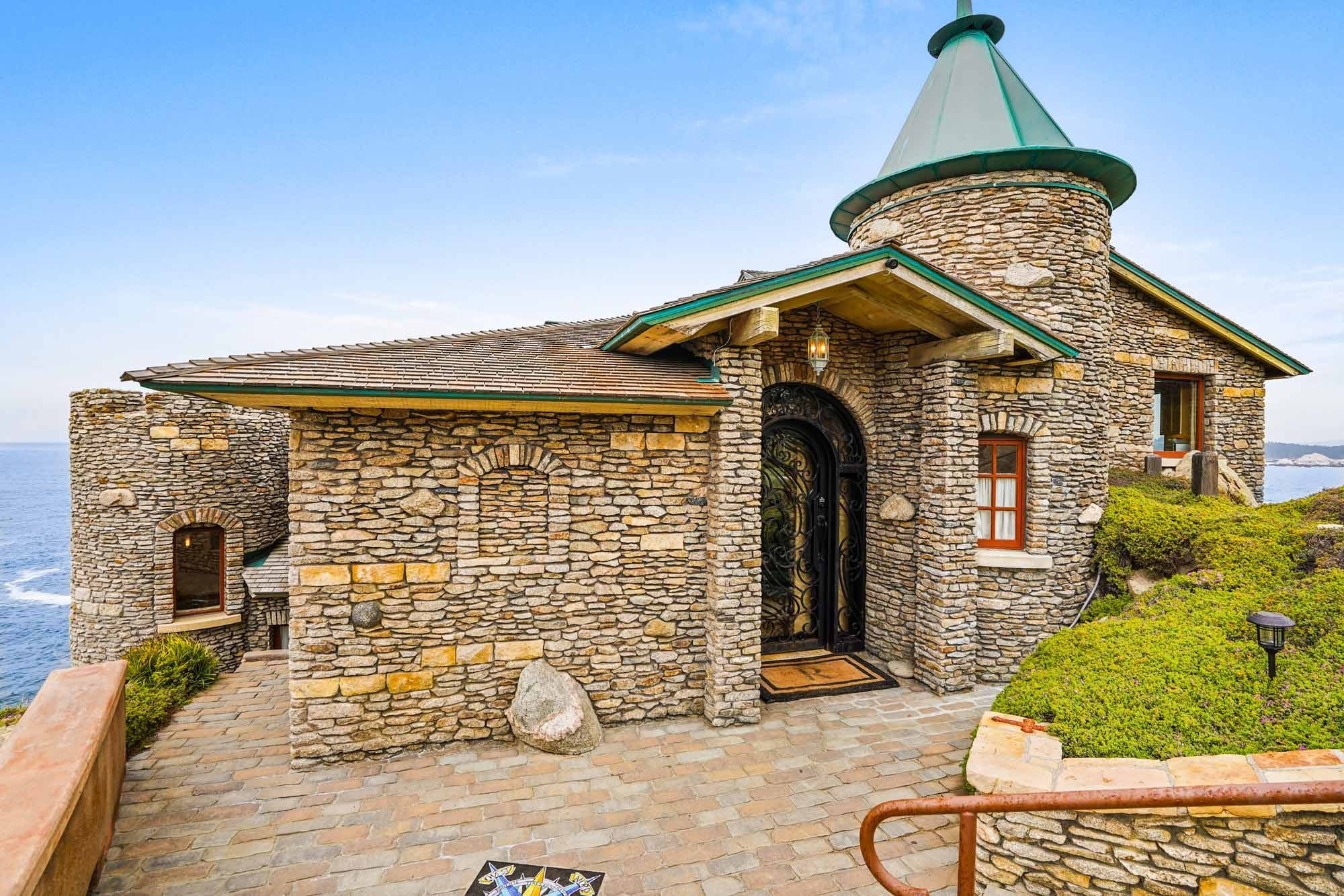 Eingang und Burgturm Klippenhaus in der Stadt Carmel in Kalifornien