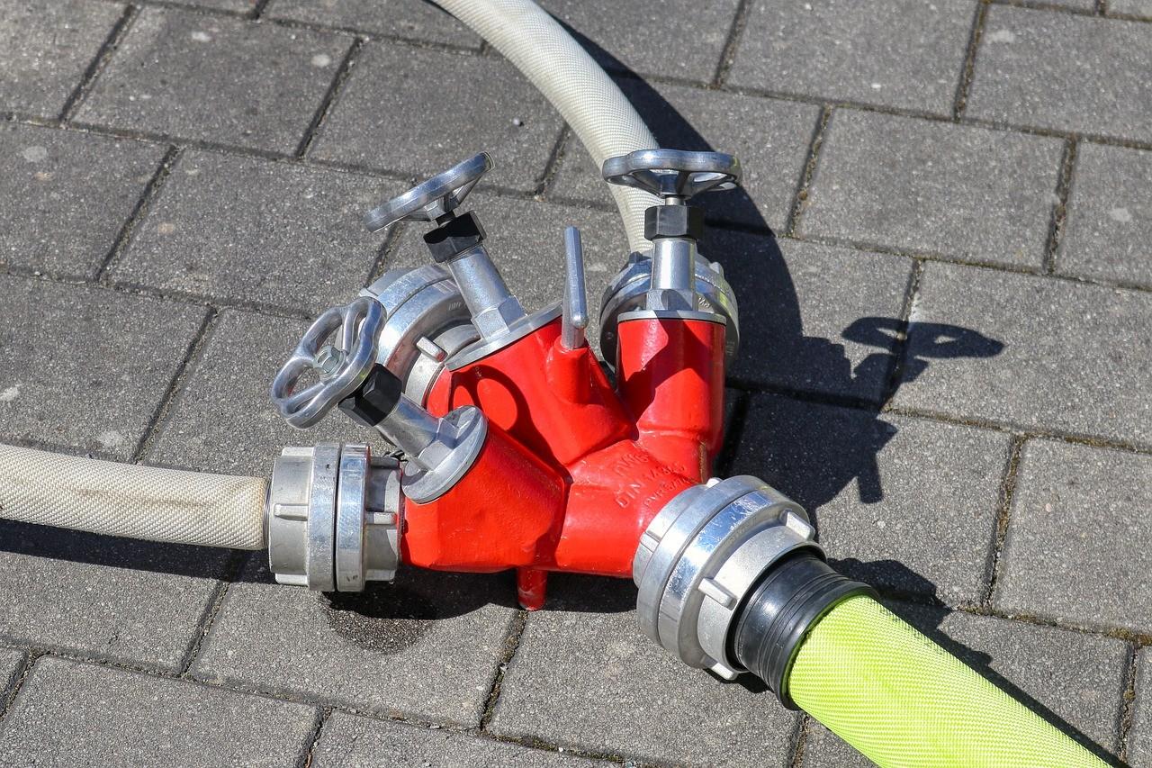 Feuerwehrschläuche an Anschluss