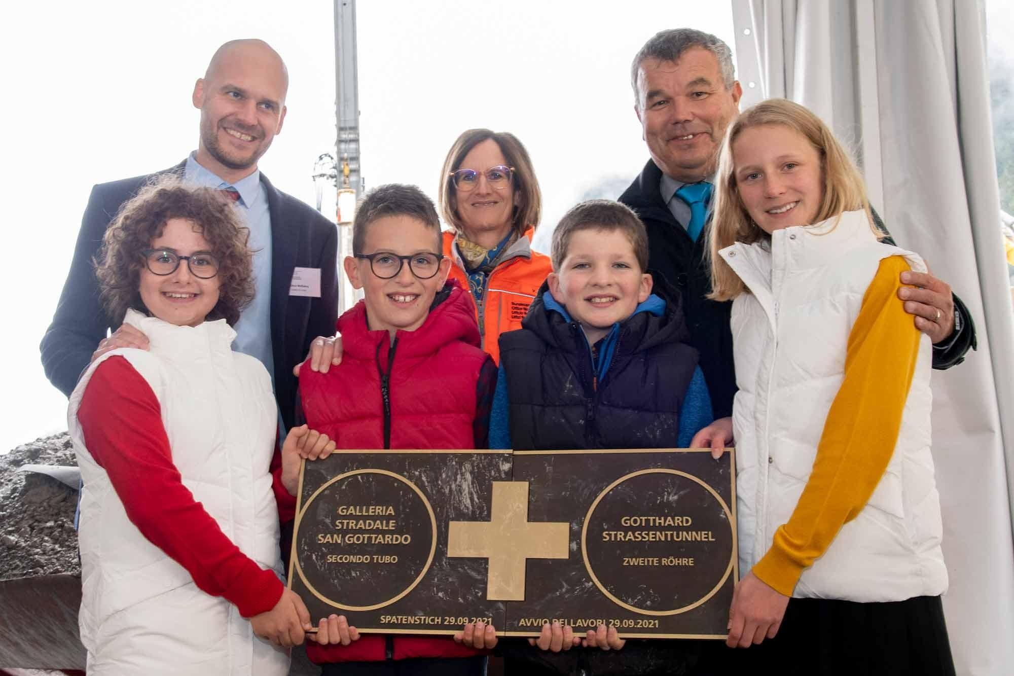 Kinder beim Spatenstich zur zweiten Gotthard-Röhre