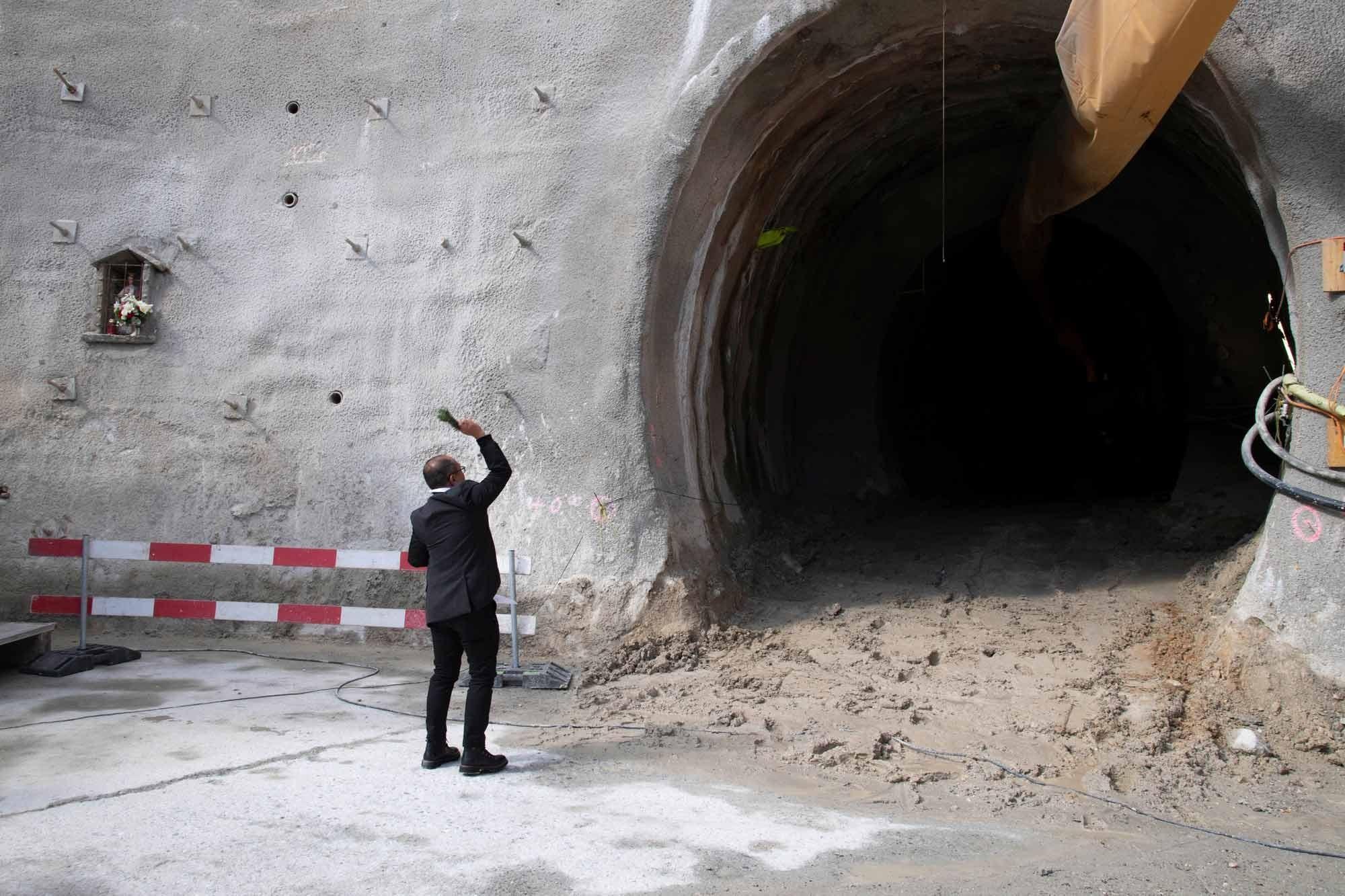Tunnelportal Spatenstich zur zweiten Gotthard-Röhre
