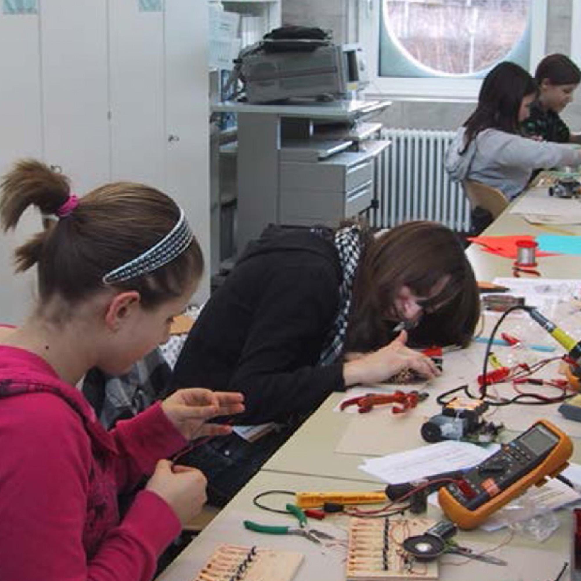 Mit praktischen Atelierarbeiten den der Elektrotechnikerin lernen. (Bild: BFH)