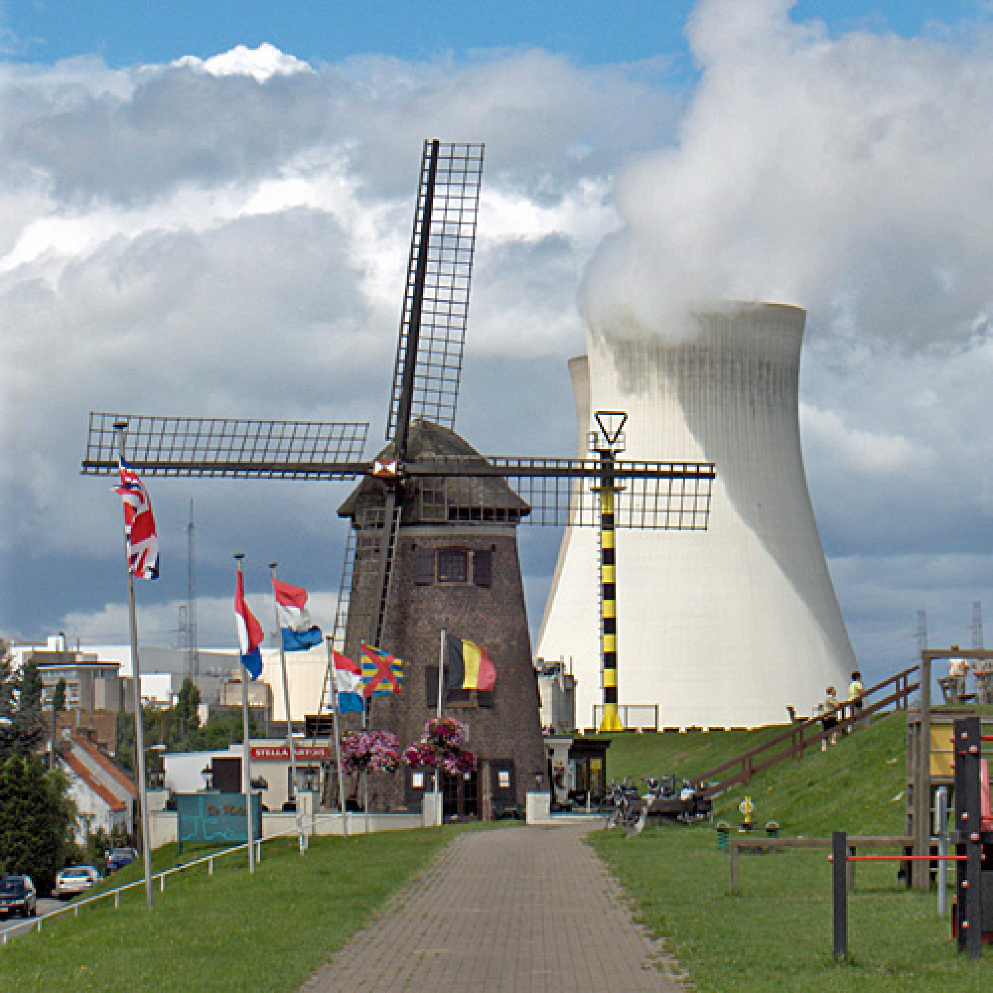 Die Idylle in Doel trügt: Behördliche Prüfer hatten im Jahr 2012 mittels Ultraschallmessungen einige Tausend Haarrisse am Reaktorbehälter 3 entdeckt. (Bild: zvg)