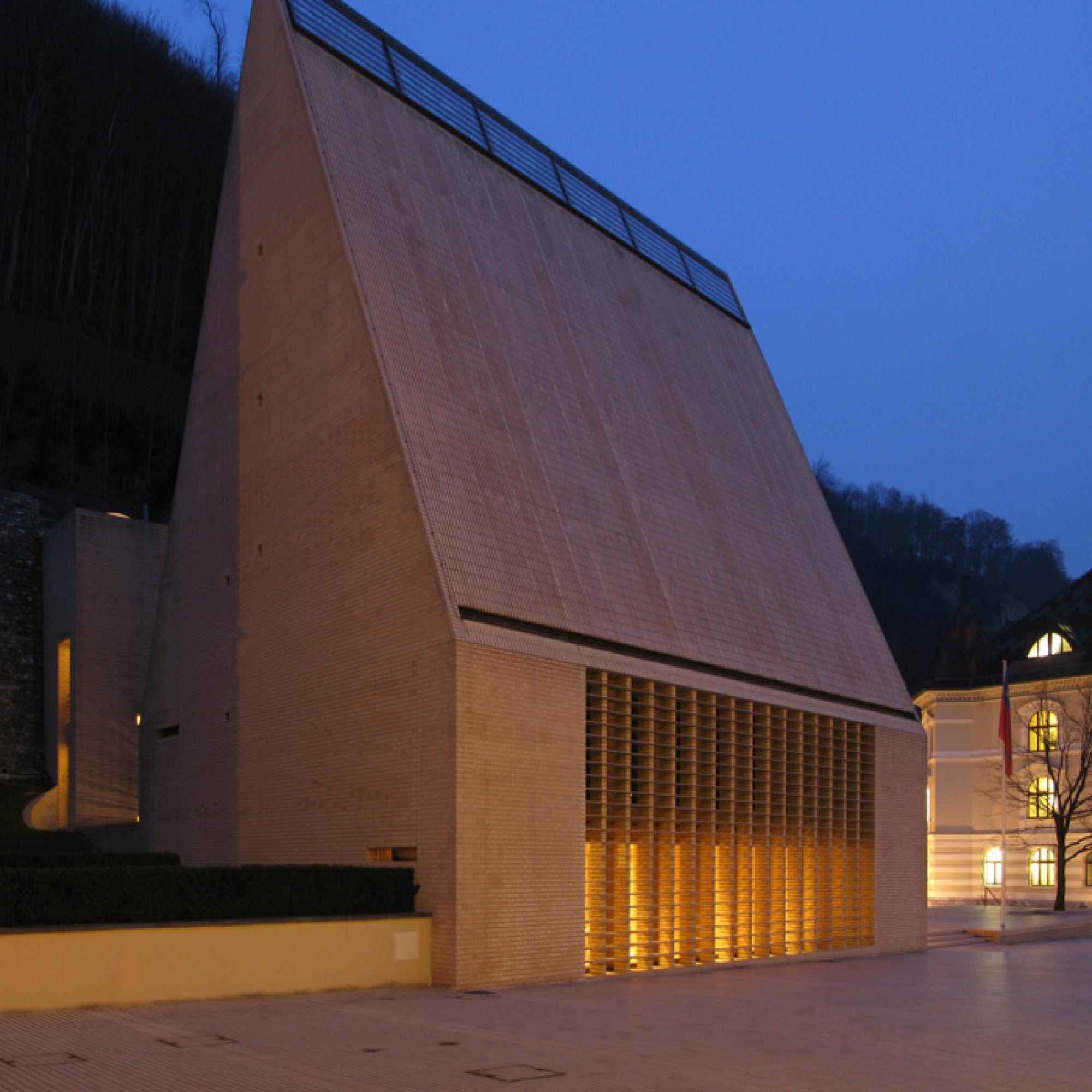 Parlamentsgebäude in Vaduz (Bild: Till Wöhler)