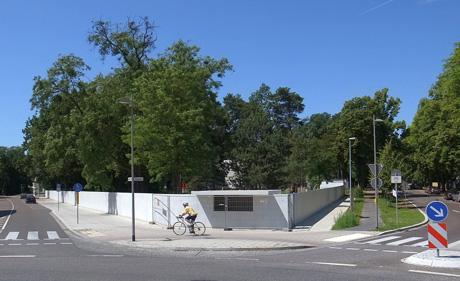"""Hinter dieser rekonstruierten Gartenmauer mit integrierter Trinkhalle von Mies van der Rohe, in wieder errichteten Meisterhäusern, soll von Mai bis Juli der IKEA-Bauhaus """"Summer of Love"""" stattfinden."""