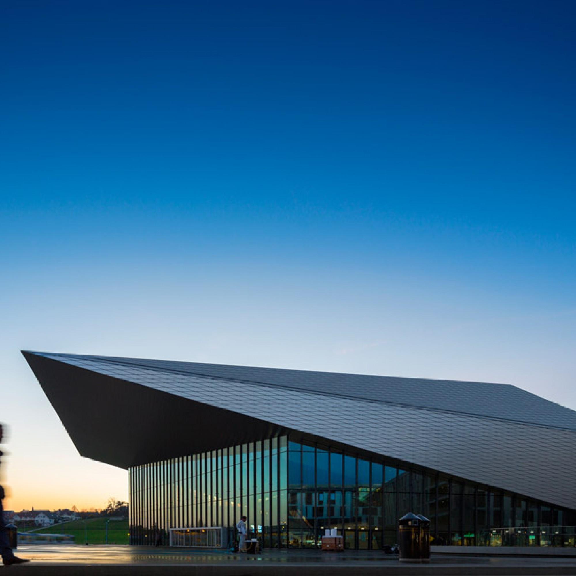 Das auskragende Dach ist ein Markenzeichen des neuen Zentrums. (EPFL)