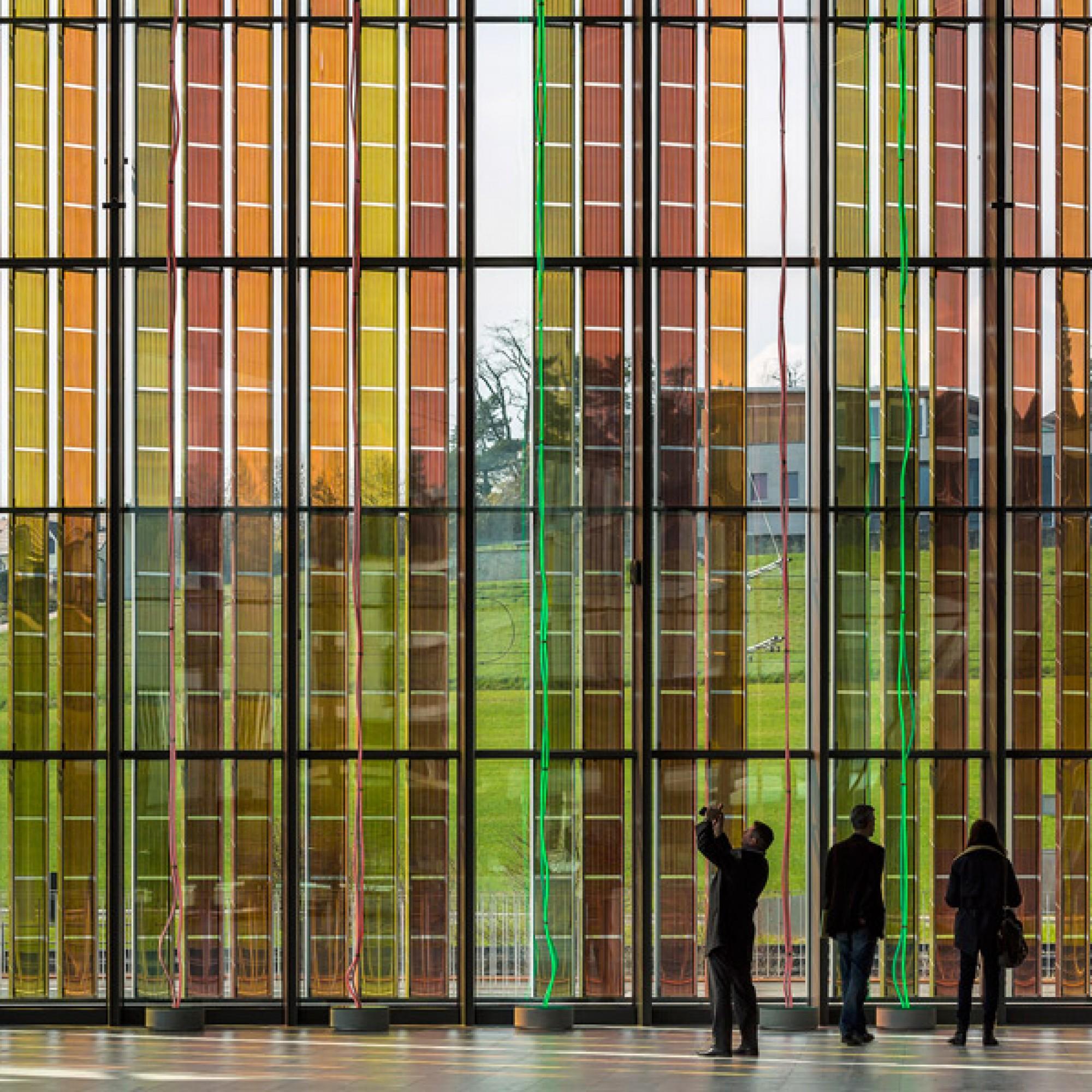 Die Anordung der bunten Grätzel-Zellen sind ein Werk der Lausanner Künstlerin Catherine Bolle.  (EPFL)