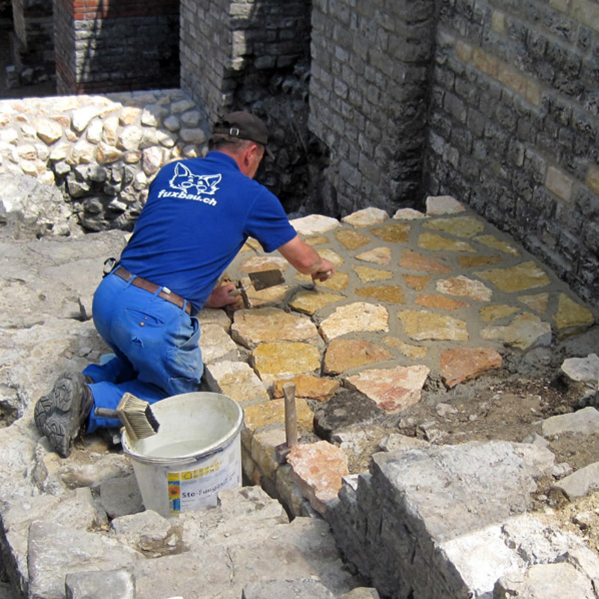 Die Sanierungsarbeiten an der Stützmauer laufen seit vergangenem Jahr. (PD)