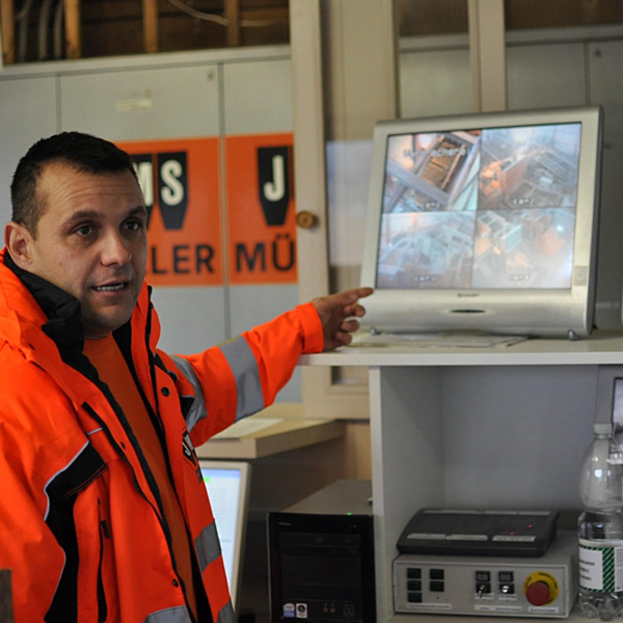 Urs Müller, der beim Kieswerk der JMS AG in Grynau arbeitet, hat auch den Kurs zum Rohstoffaufbereiter absolviert. (Bild: Frédéric Zwicker)