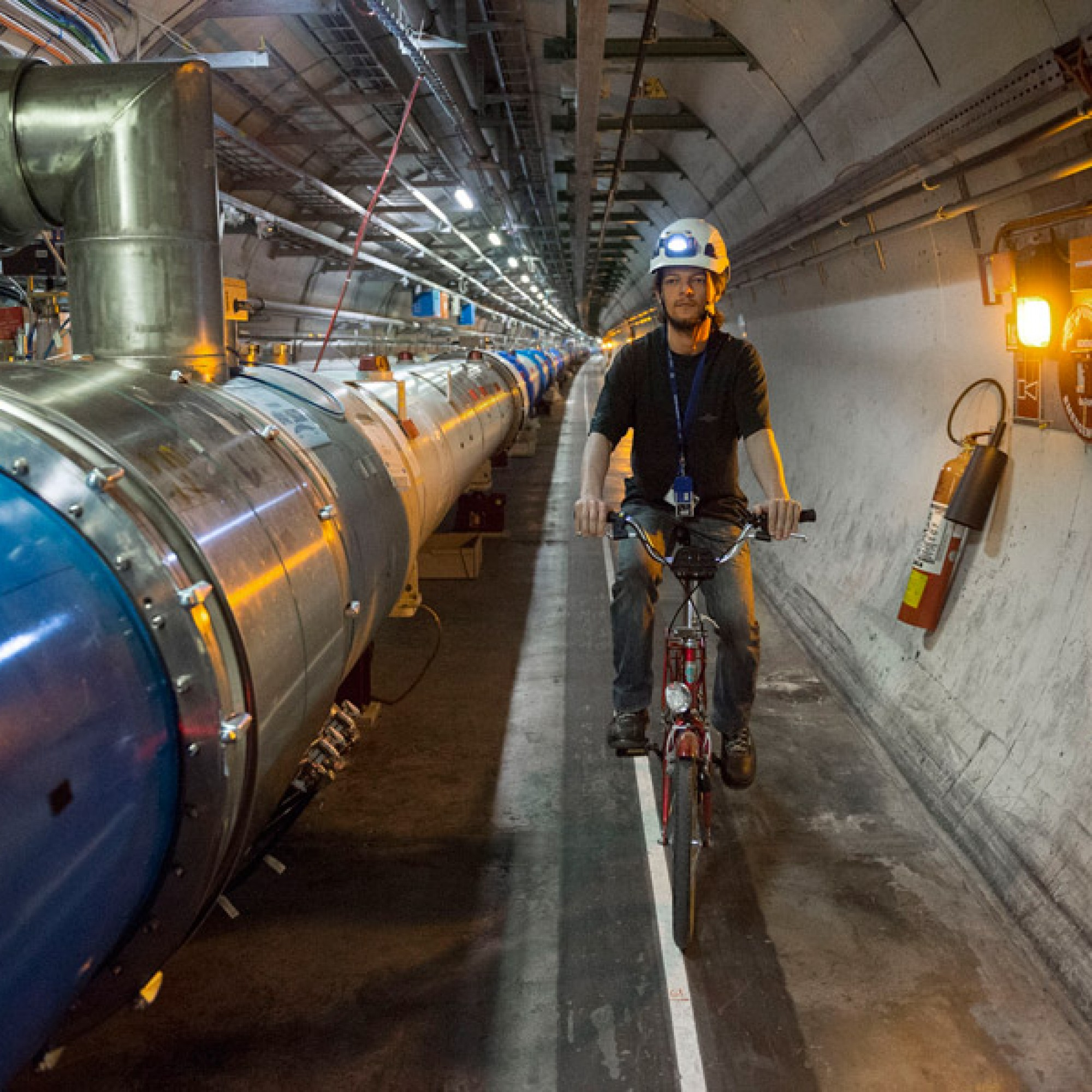 Tunnel des Large Hadron Collider LHC, aus der Serie Menschen am CERN. (Andri Pol, Musem für Gestaltung)
